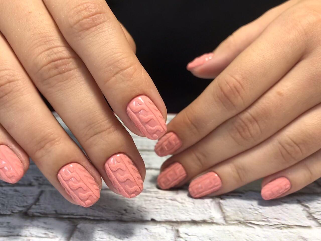 Вязаный маникюр в персиковом цвете на короткие ногти.