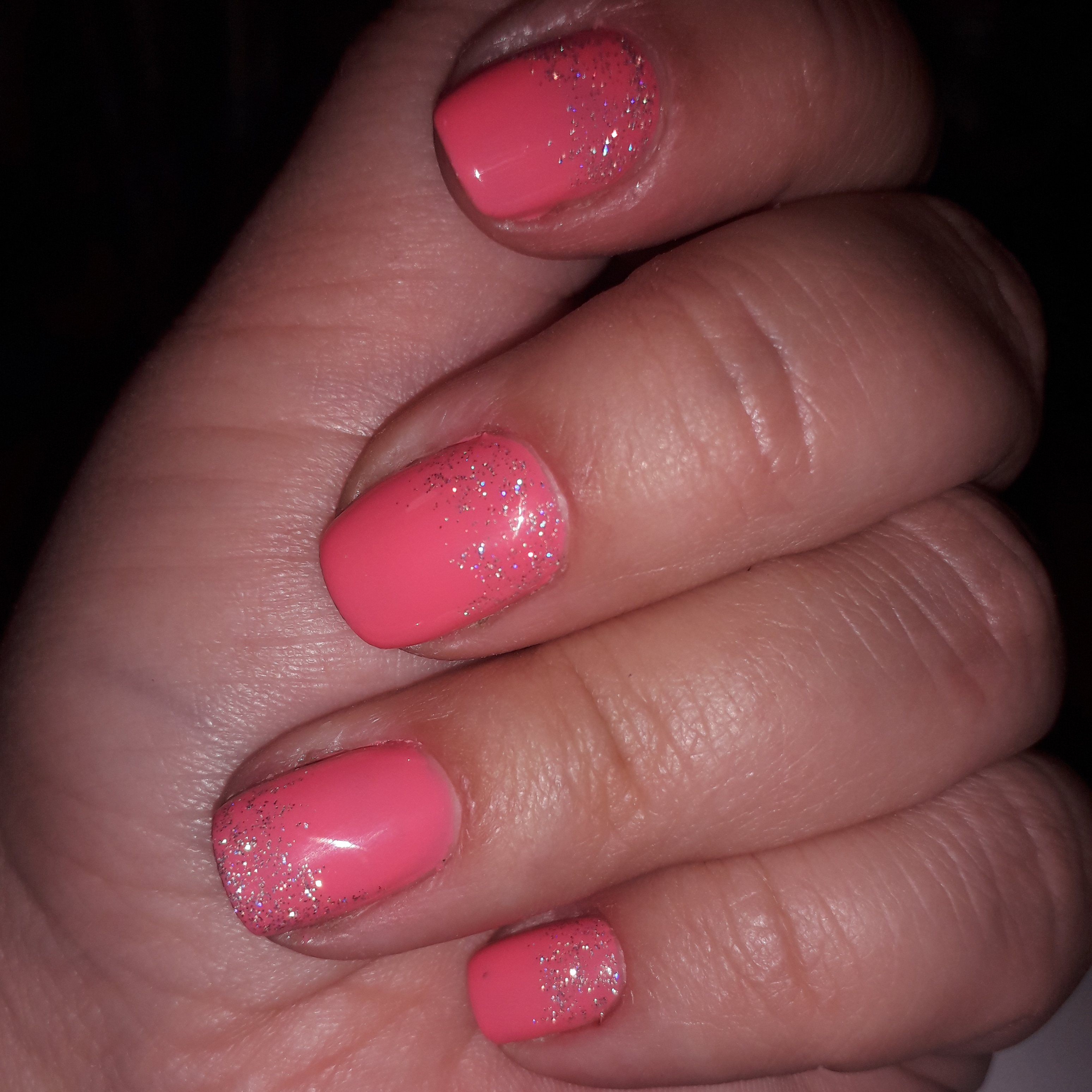 Маникюр с блестками с розовом цвете.