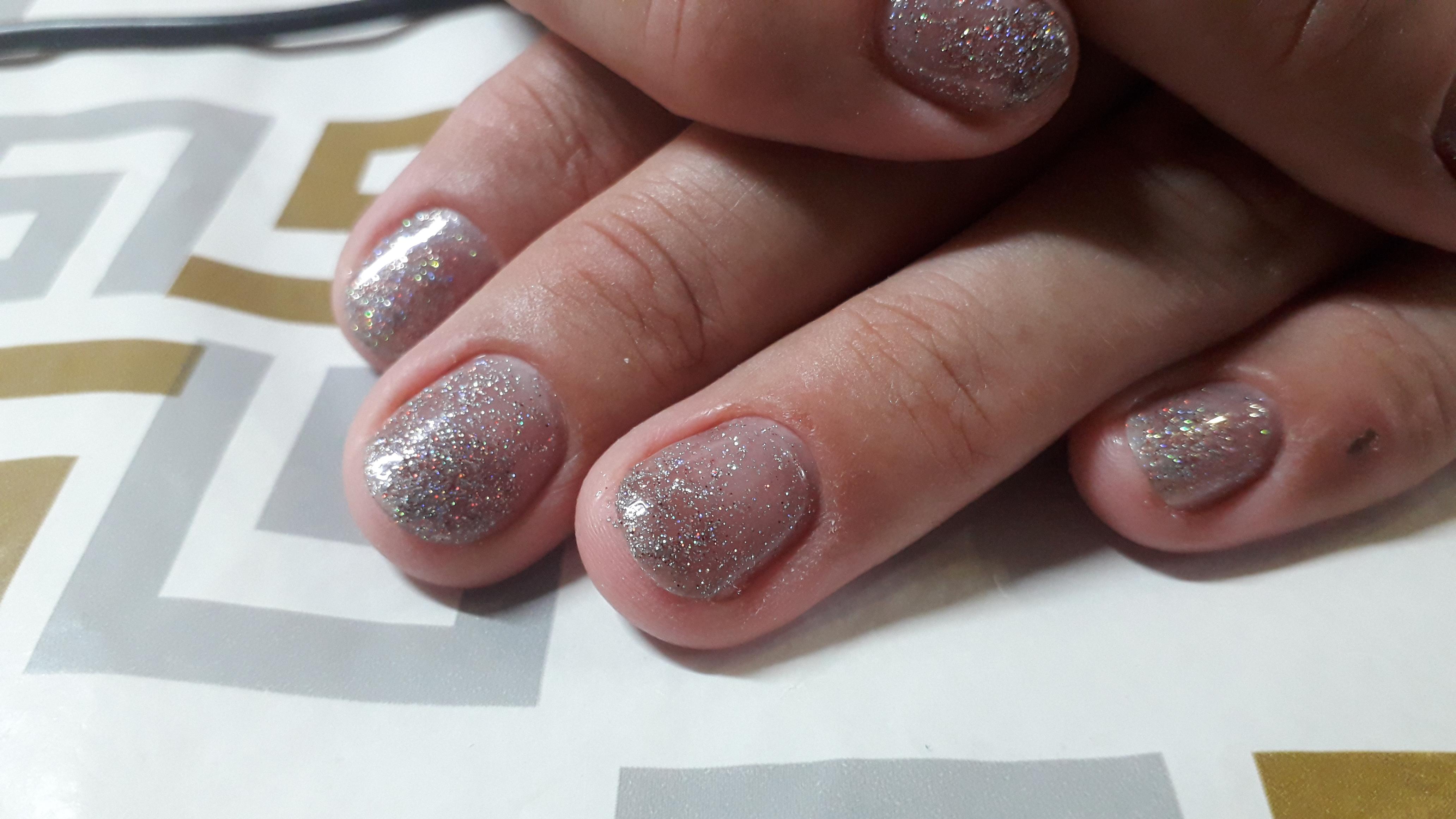 Серебряный маникюр с блестками на короткие ногти.