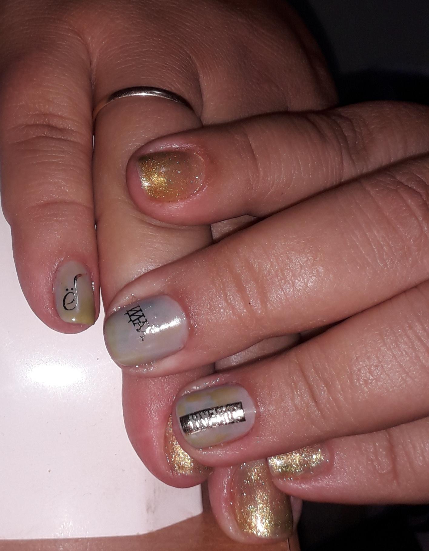 Нюдовый маникюр с надписями и золотыми блестками на короткие ногти.