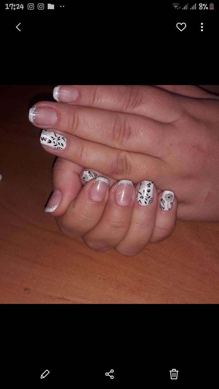 Френч с цветочными слайдерами и серебряными блестками.