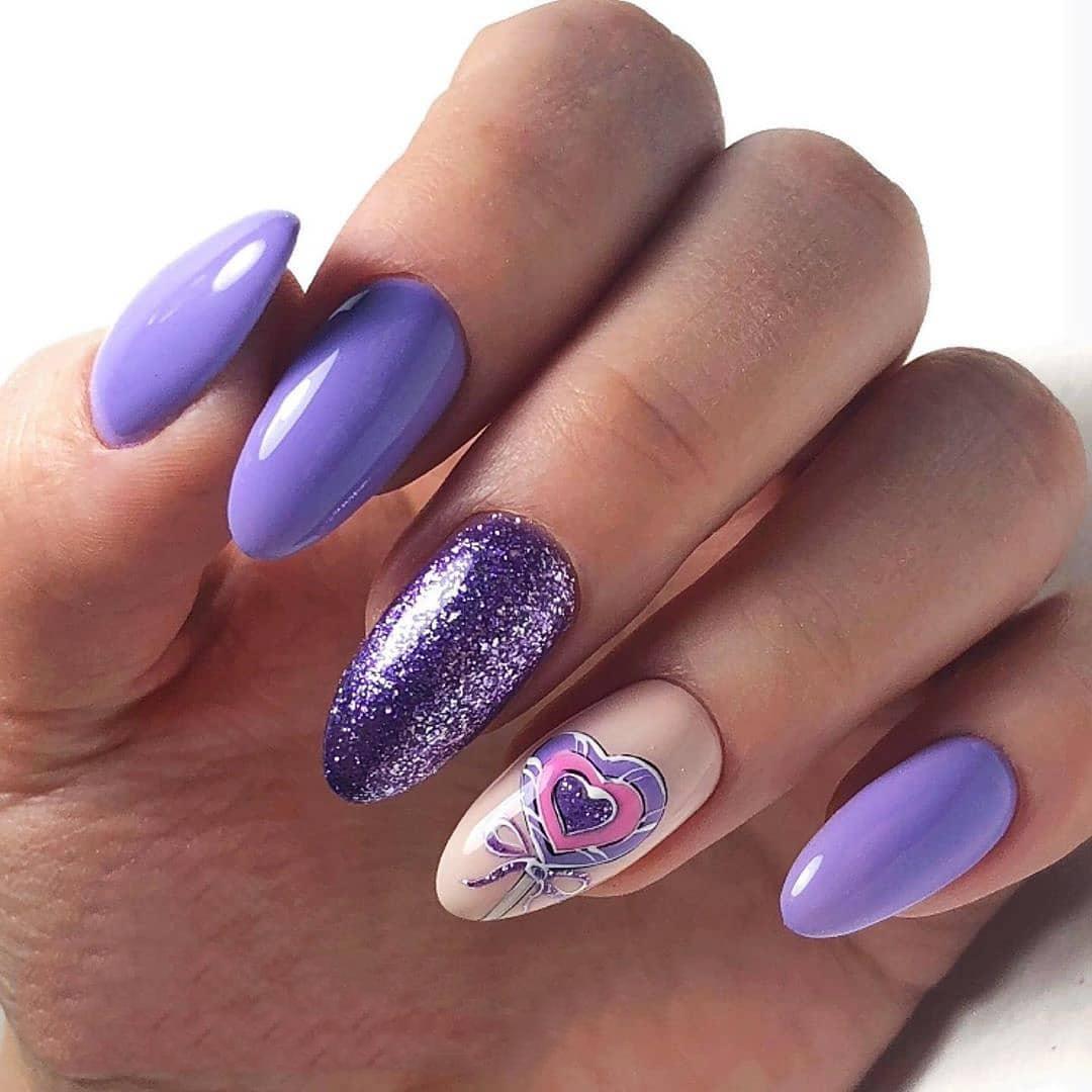 Маникюр с сердечками и блестками в фиолетовом цвете.