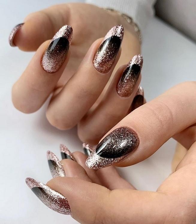 Френч с золотыми блестками в черном цвете на длинные ногти.