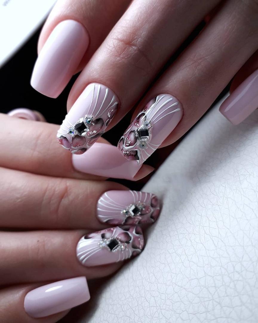 Маникюр с рисунком и стразами в розовом цвете.