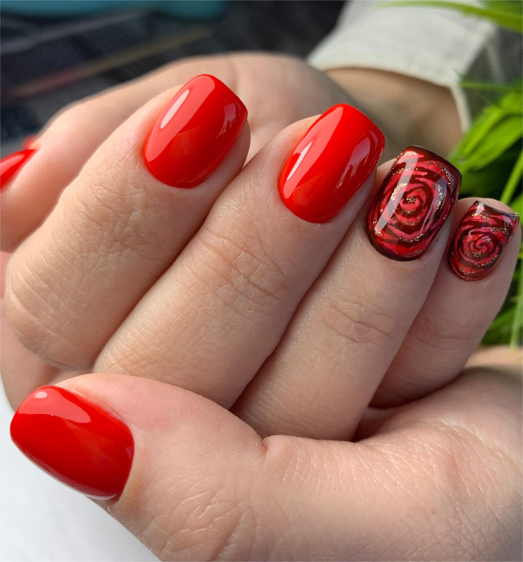 Маникюр с цветочным рисунком в красном цвете.
