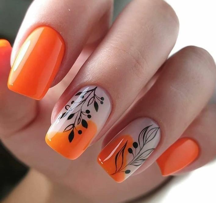 Маникюр с растительными слайдерами в оранжевом цвете на короткие ногти.