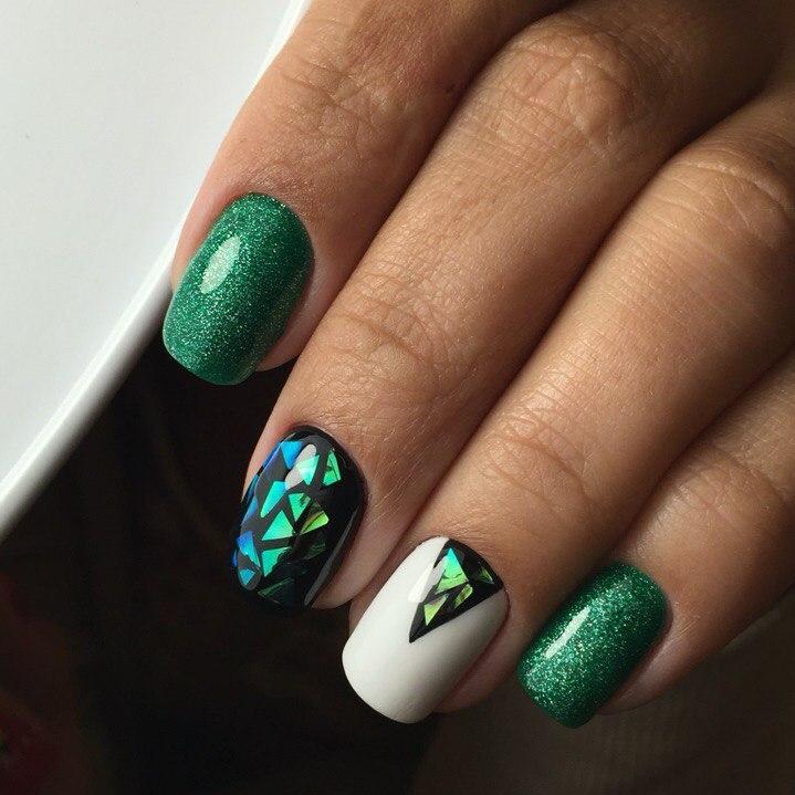 Маникюр с дизайном битое стекло в зеленом цвете.
