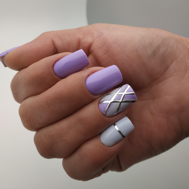 Геометрический маникюр с серебряными блестками в сиреневом цвете.