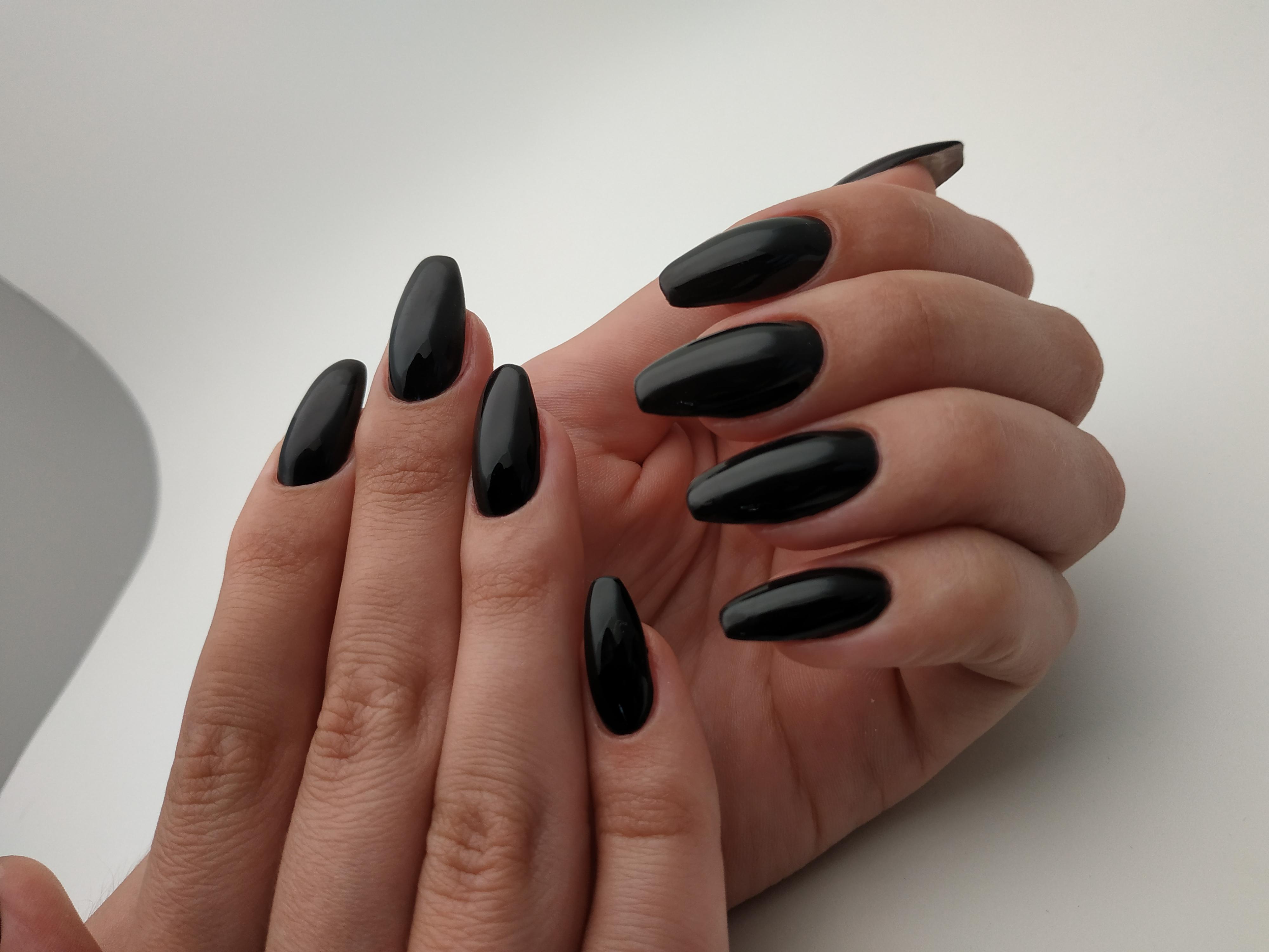 Маникюр в черном цвете.
