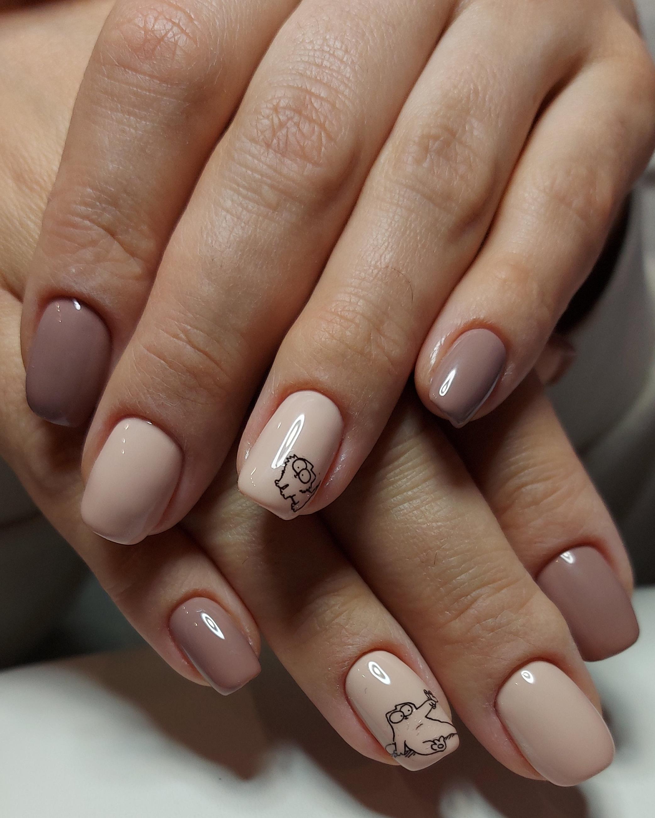 Маникюр с котиками в пастельных тонах на короткие ногти.