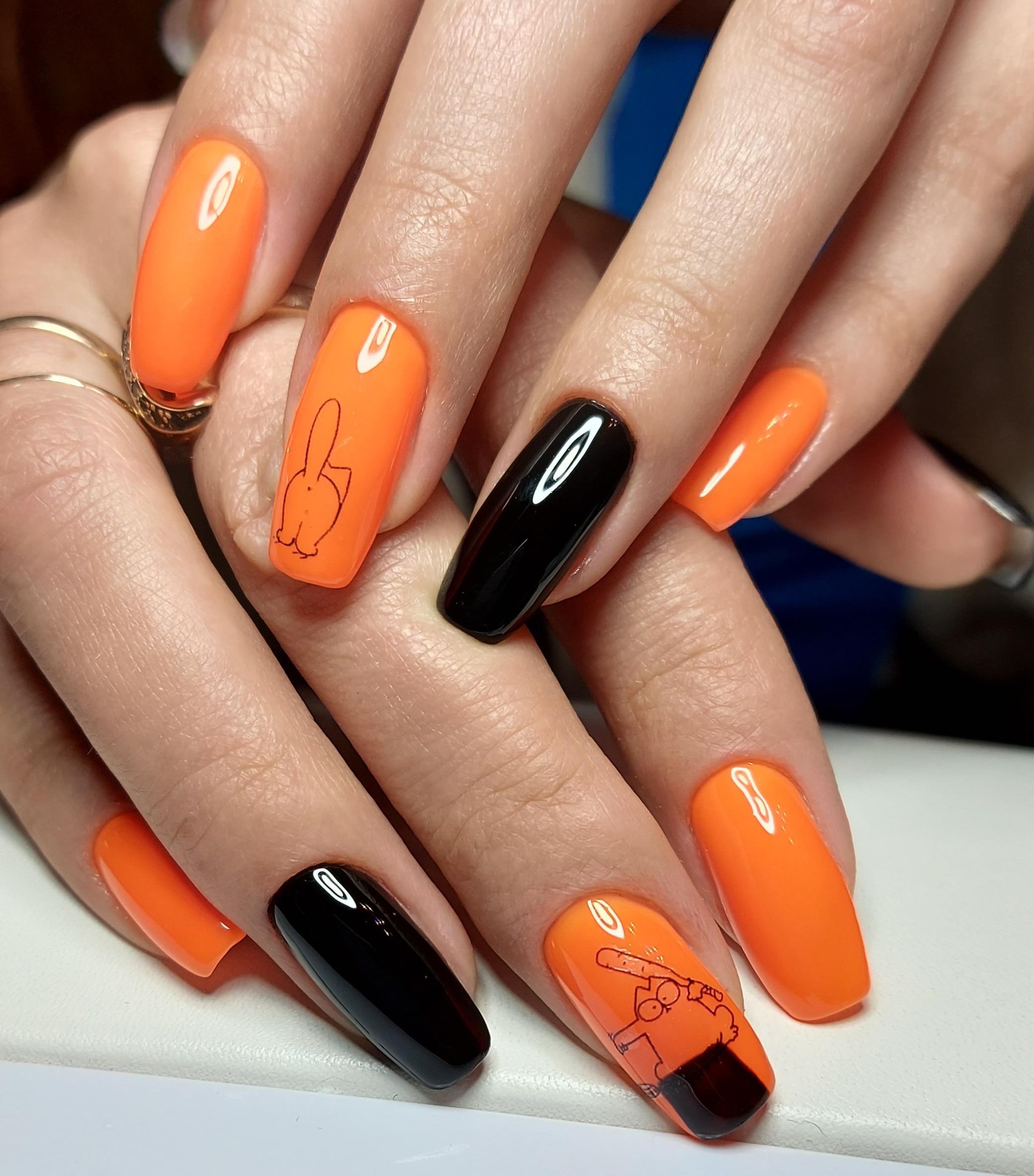 Маникюр с котиком в оранжевом цвете на длинные ногти.