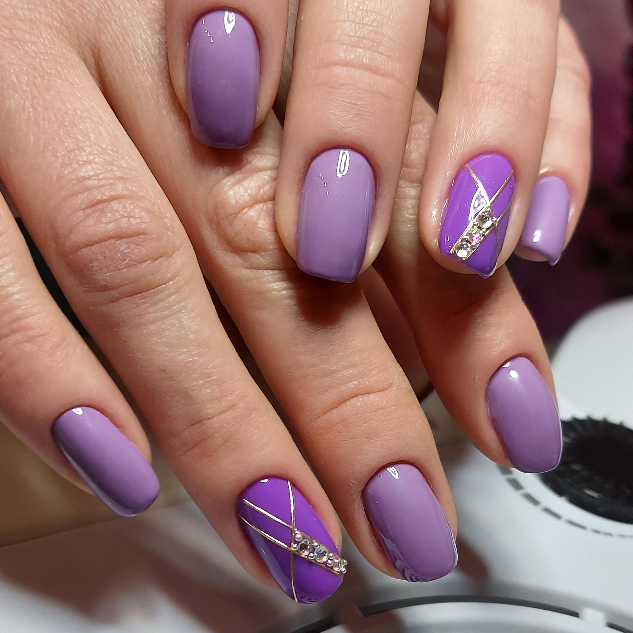 Маникюр с золотыми полосками и стразами в сиреневом цвете на короткие ногти.