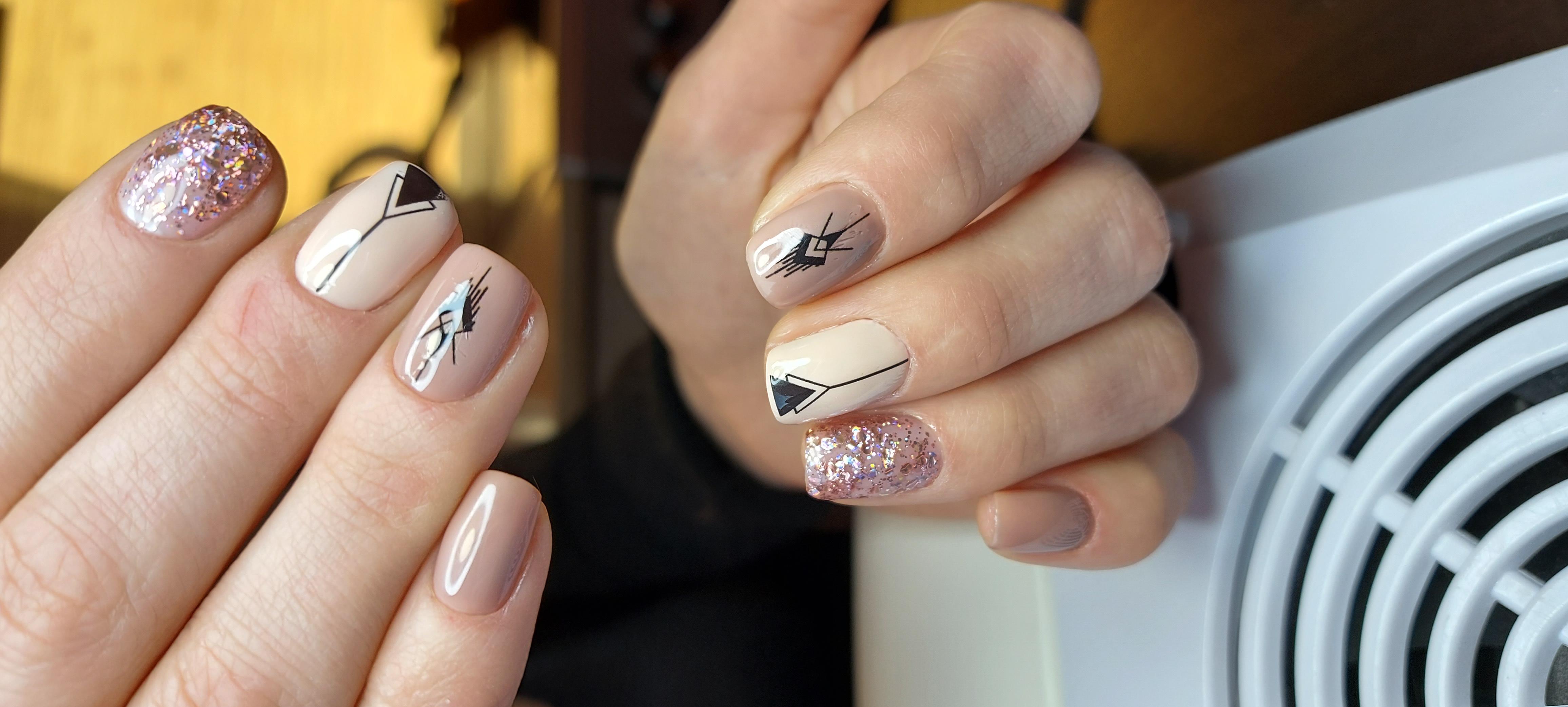Маникюр с геометрическими слайдерами и блестками в бежевом цвете на короткие ногти.