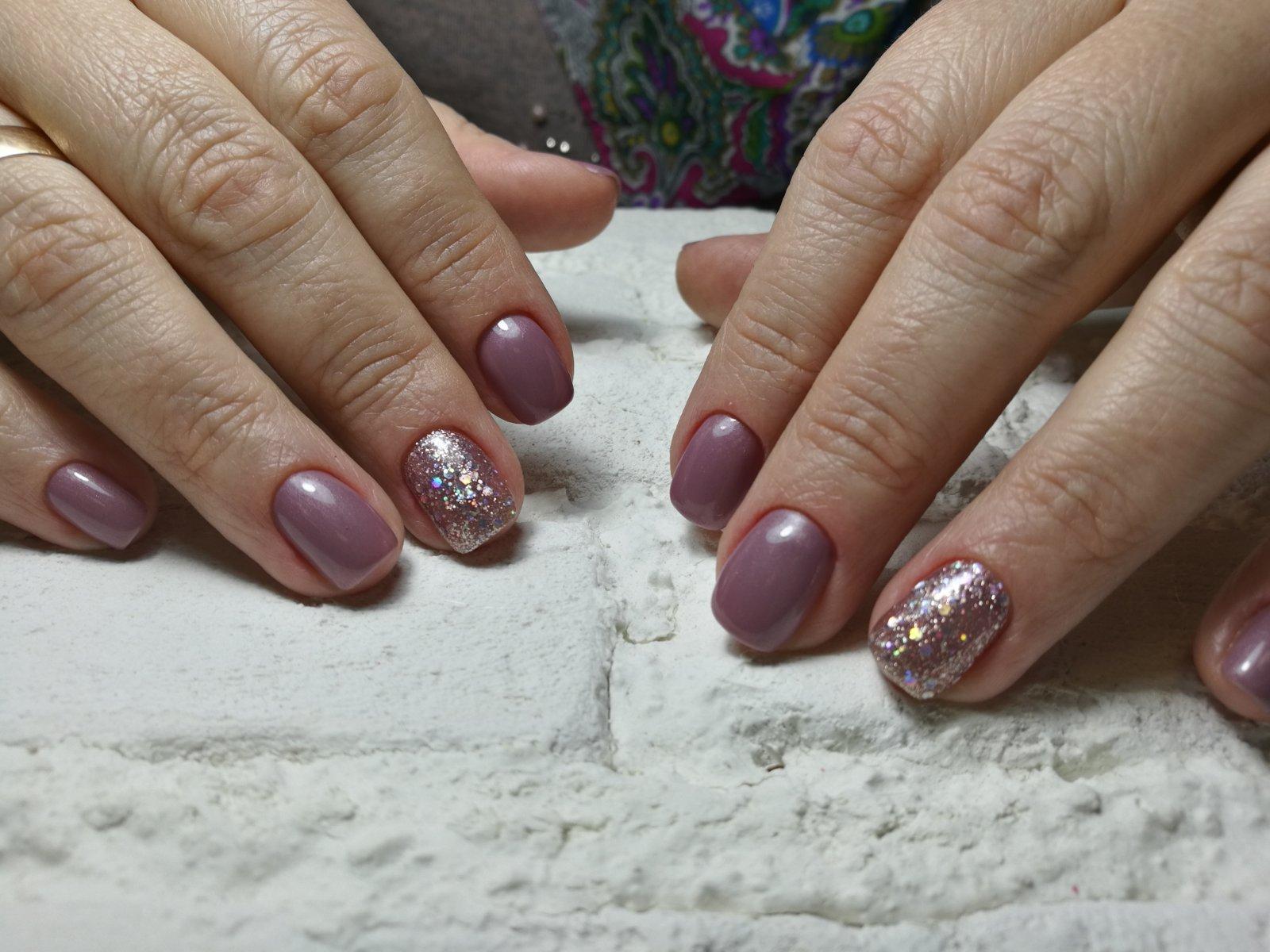 Маникюр в пастельных тонах с блестящим акцентом на коротких ногтях.