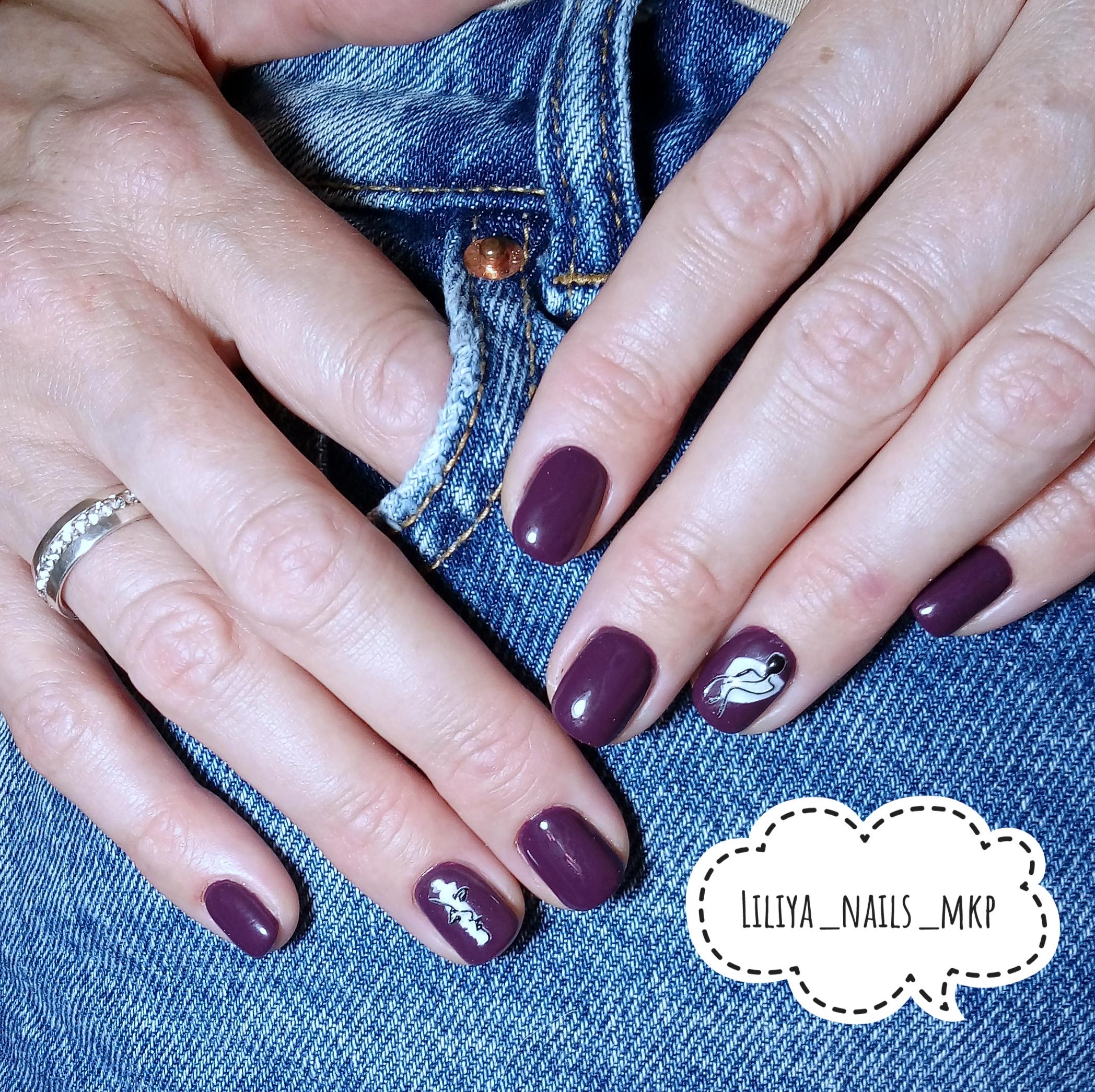 Маникюр со слайдерами в баклажановом цвете на короткие ногти.