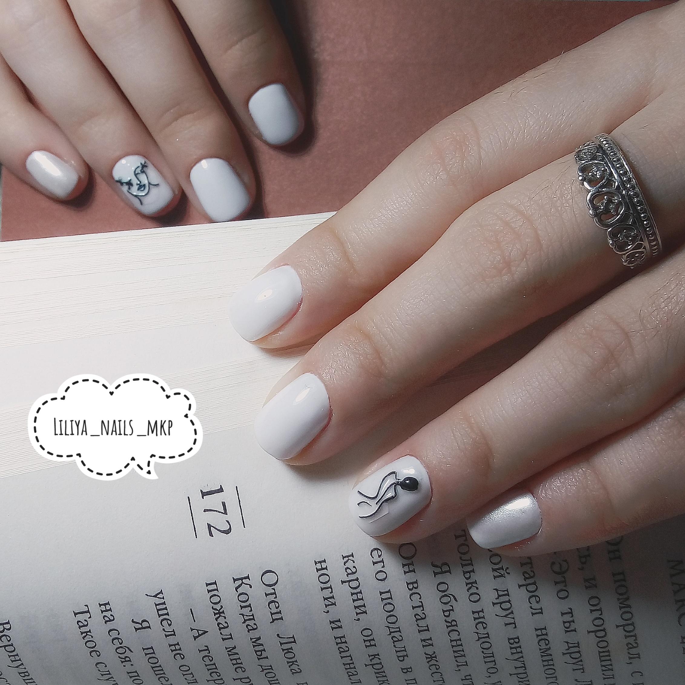Маникюр с рисунком в белом цвете на короткие ногти.