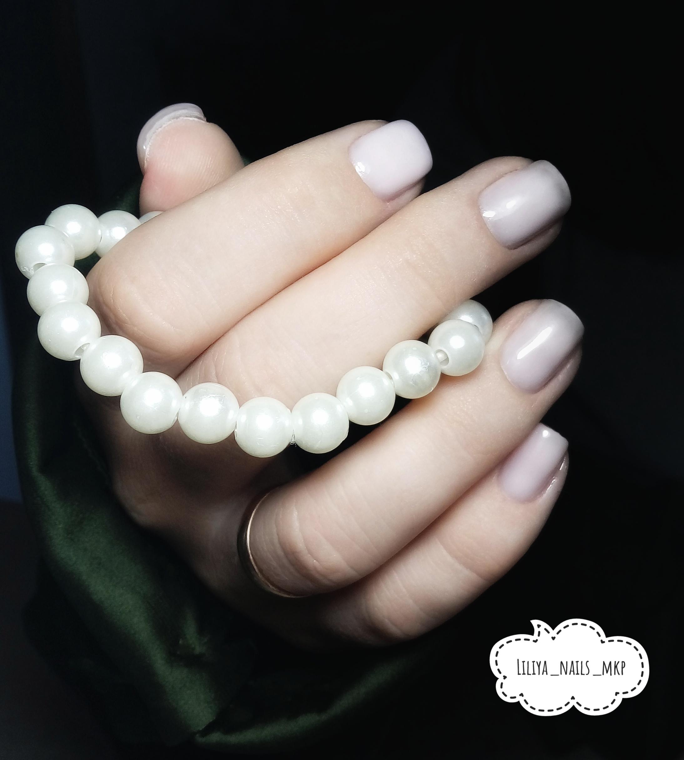 Маникюр в молочном цвете на короткие ногти.