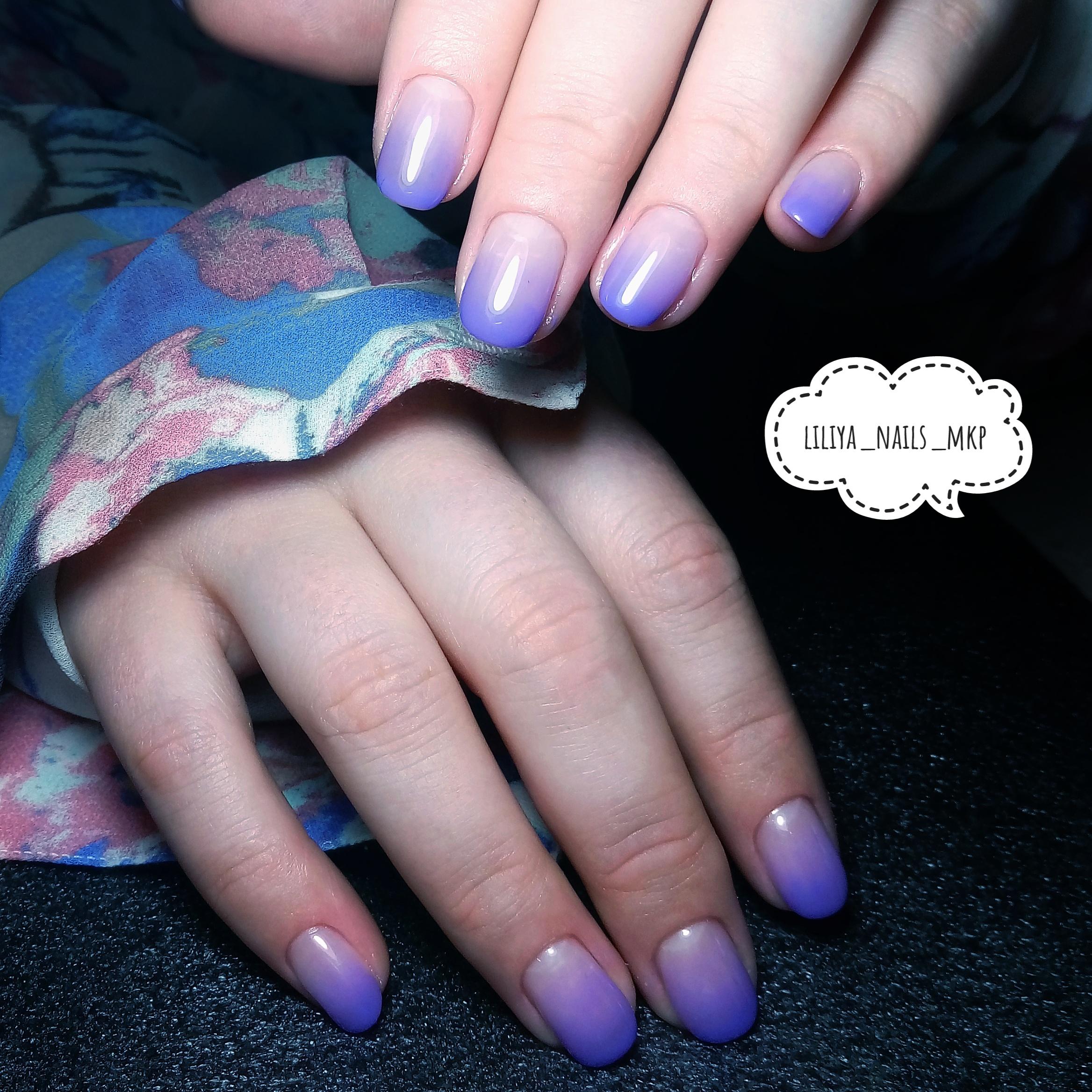 Маникюр с градиентом в фиолетовом цвете на короткие ногти.