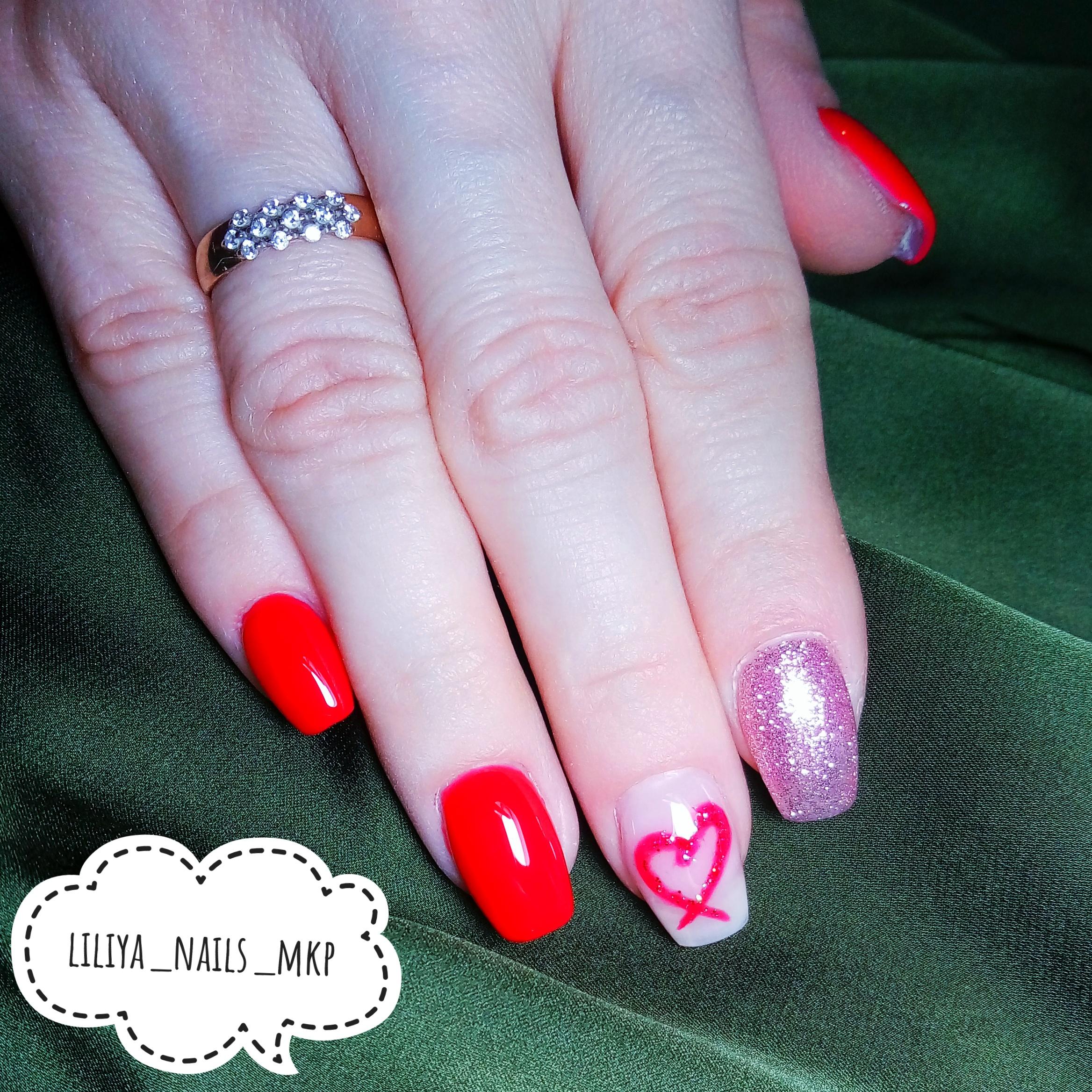 Маникюр с сердечком и блестками в красном цвете на короткие ногти.