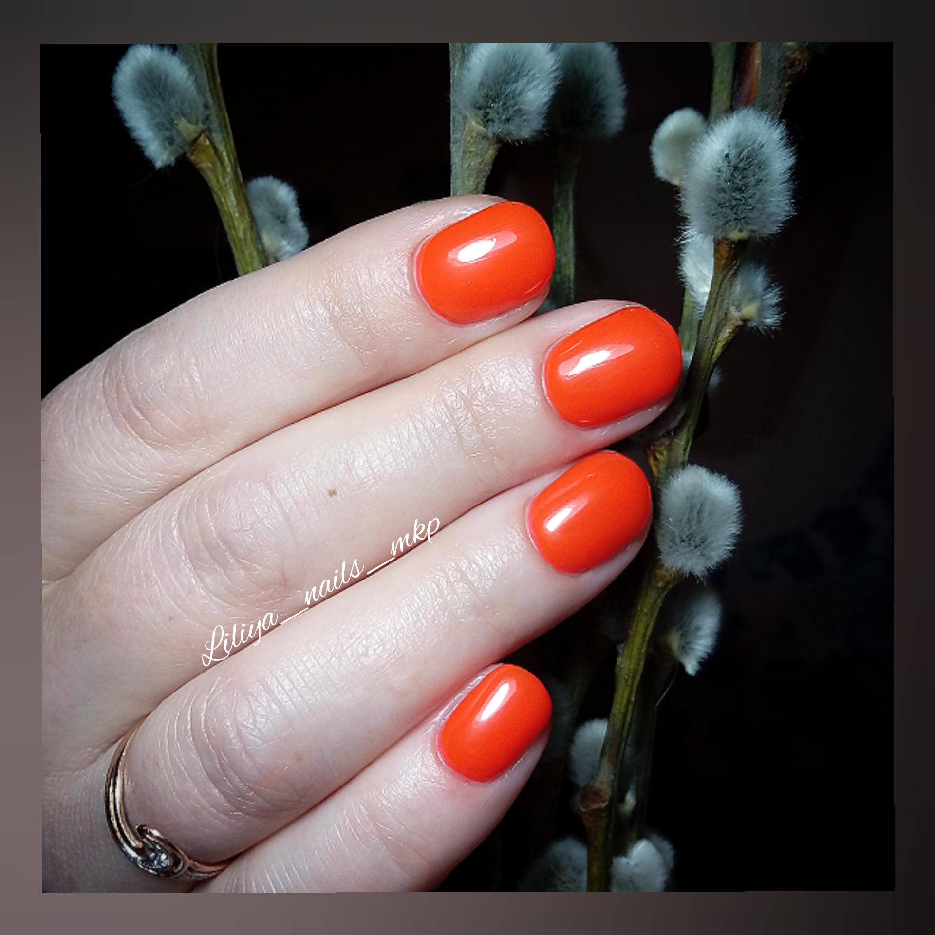 Маникюр в рыжем цвете на короткие ногти.
