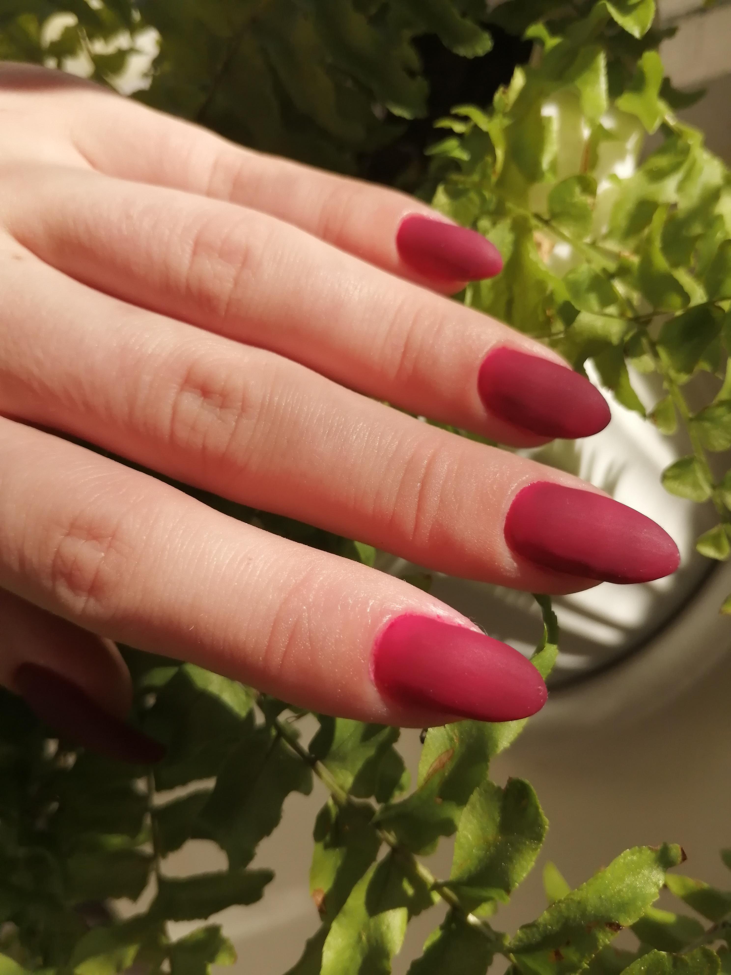 Матовый маникюр в бордовом цвете на длинные ногти.