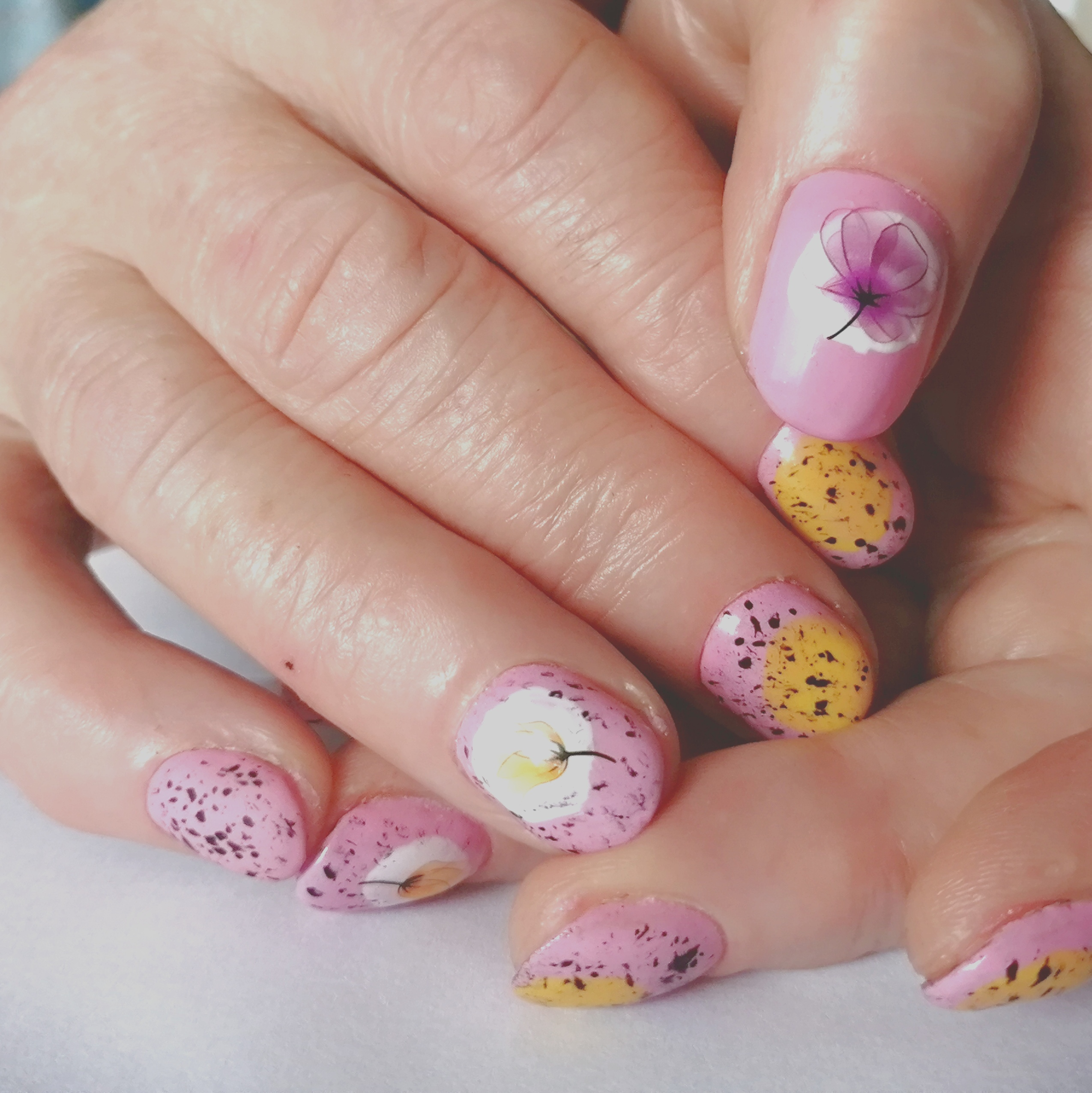 Маникюр с цветочными слайдерами в розовом цвете на короткие ногти.