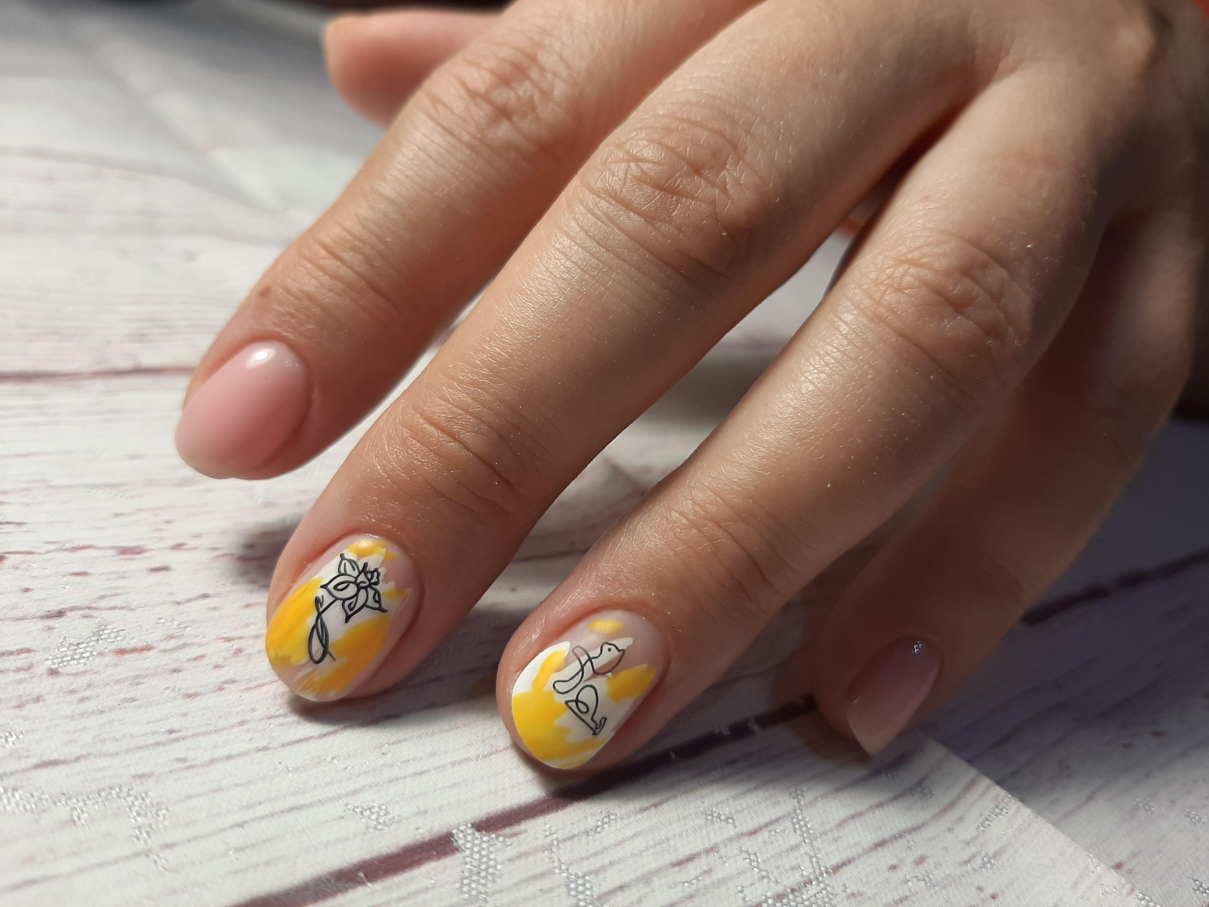 Нюдовый маникюр со слайдерами на короткие ногти.
