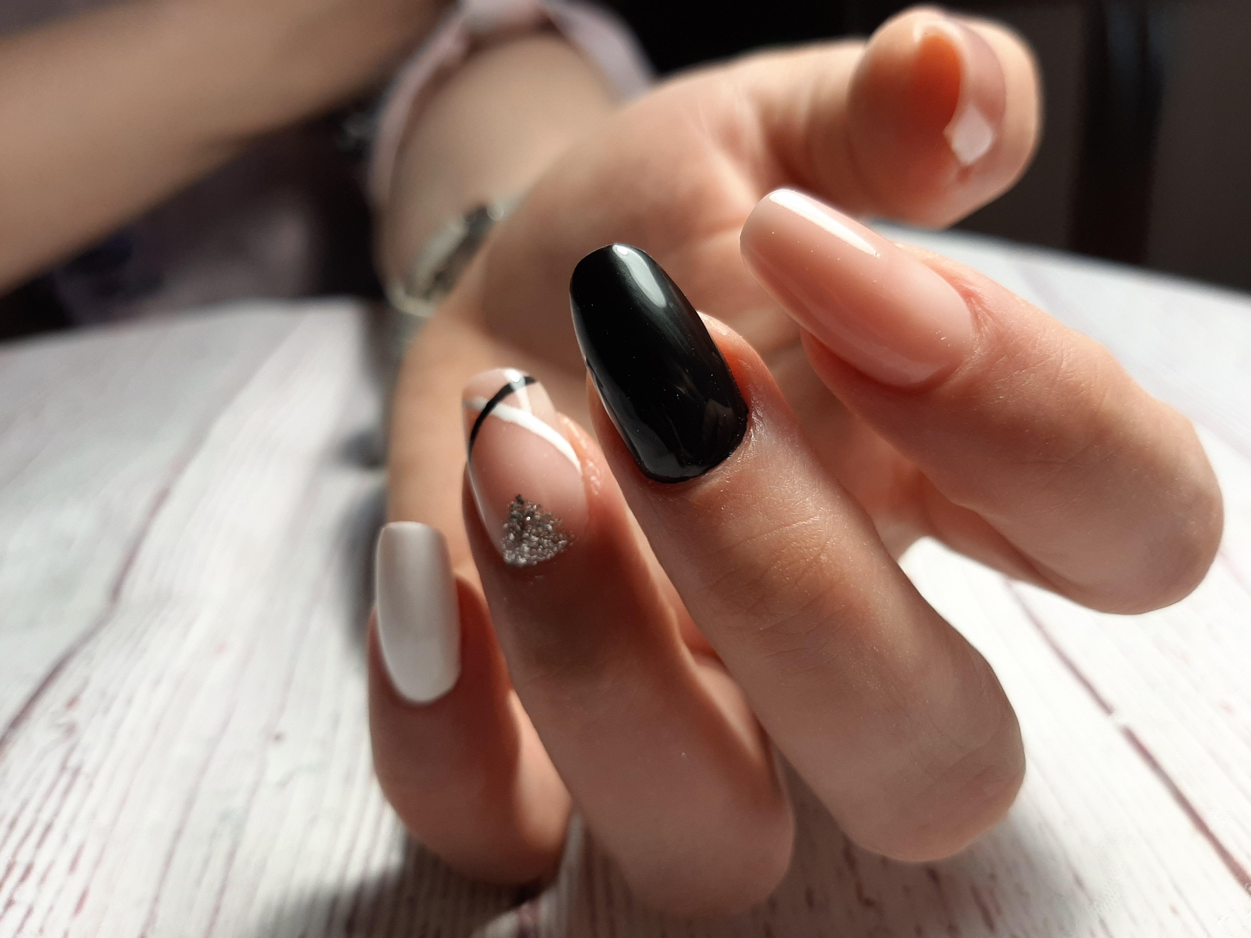 Разноцветный маникюр с полосками и блестками на длинные ногти.