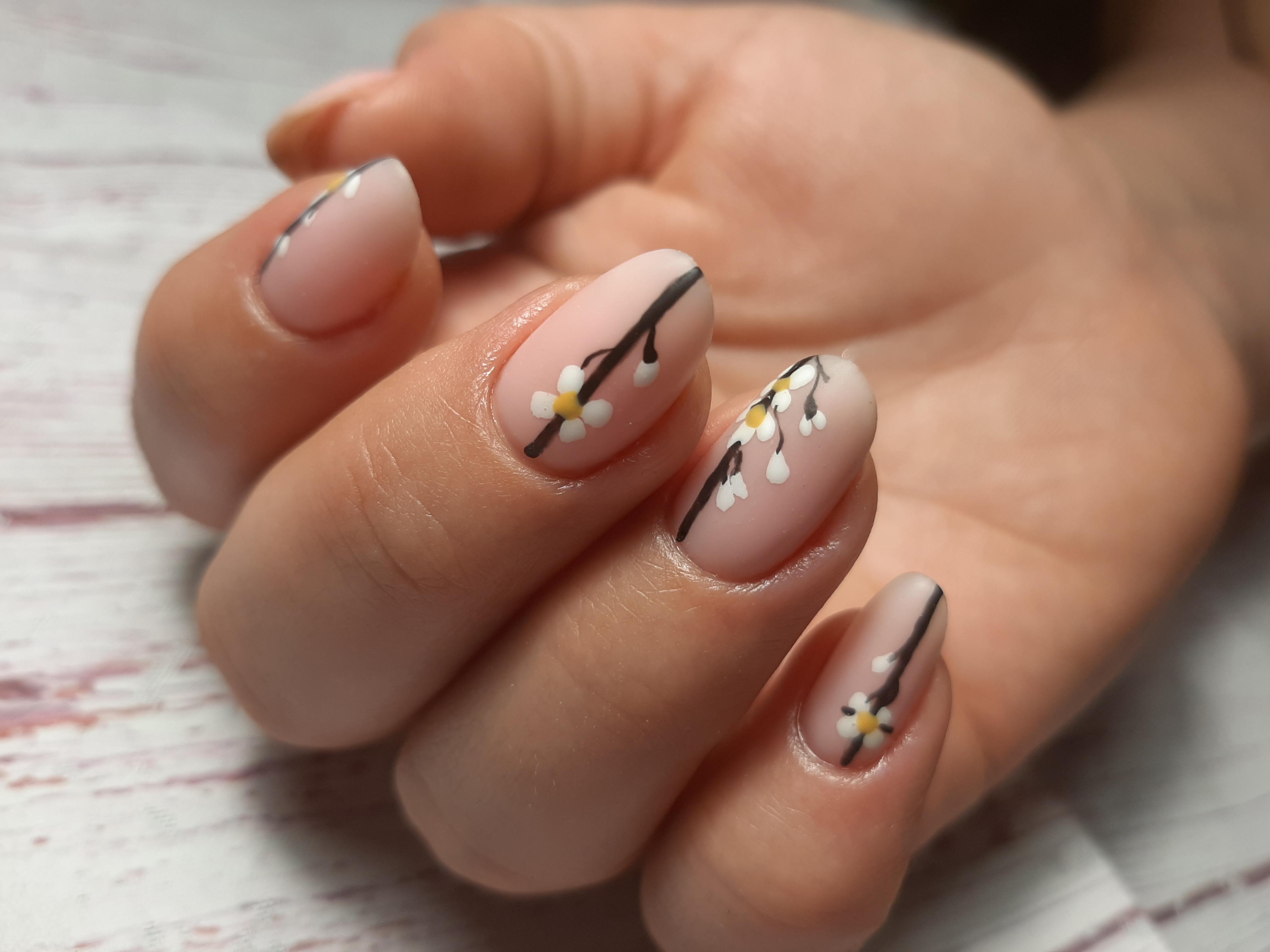 Матовый нюдовый маникюр с цветочным рисунком на короткие ногти.