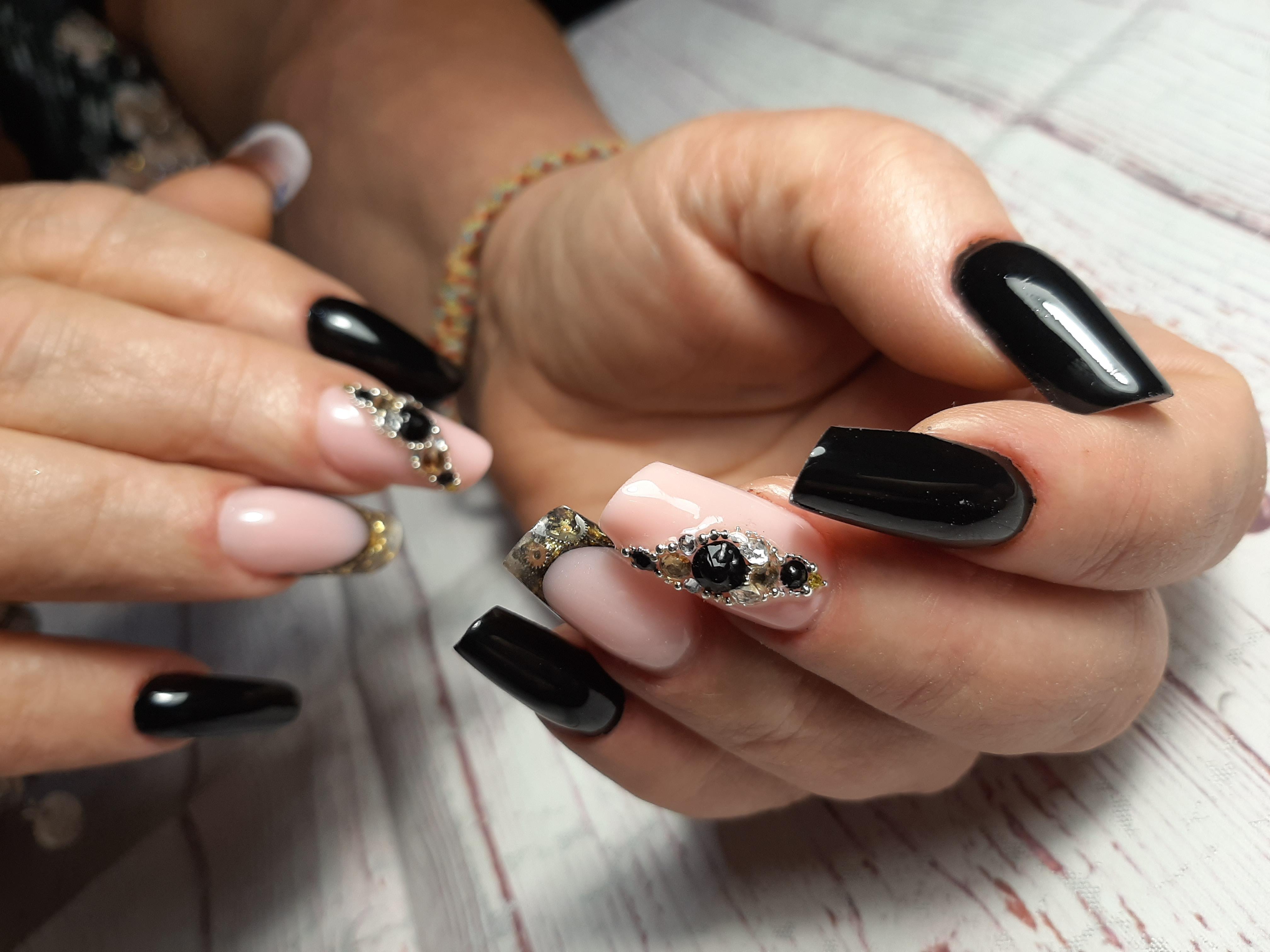 Маникюр с нюдовый дизайном и стразами в черном цвете на длинные ногти.