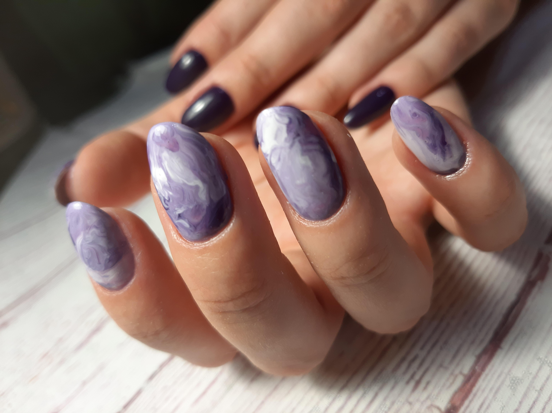 Матовый маникюр с морским дизайном в фиолетовом цвете на длинные ногти.