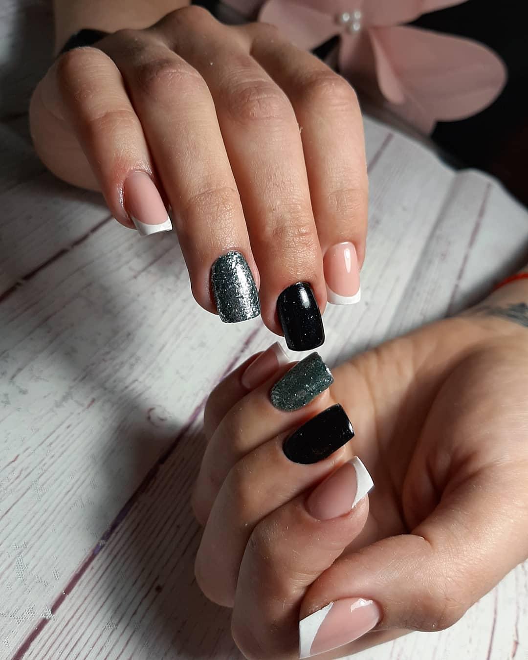 Френч с серебряными блестками на короткие ногти.