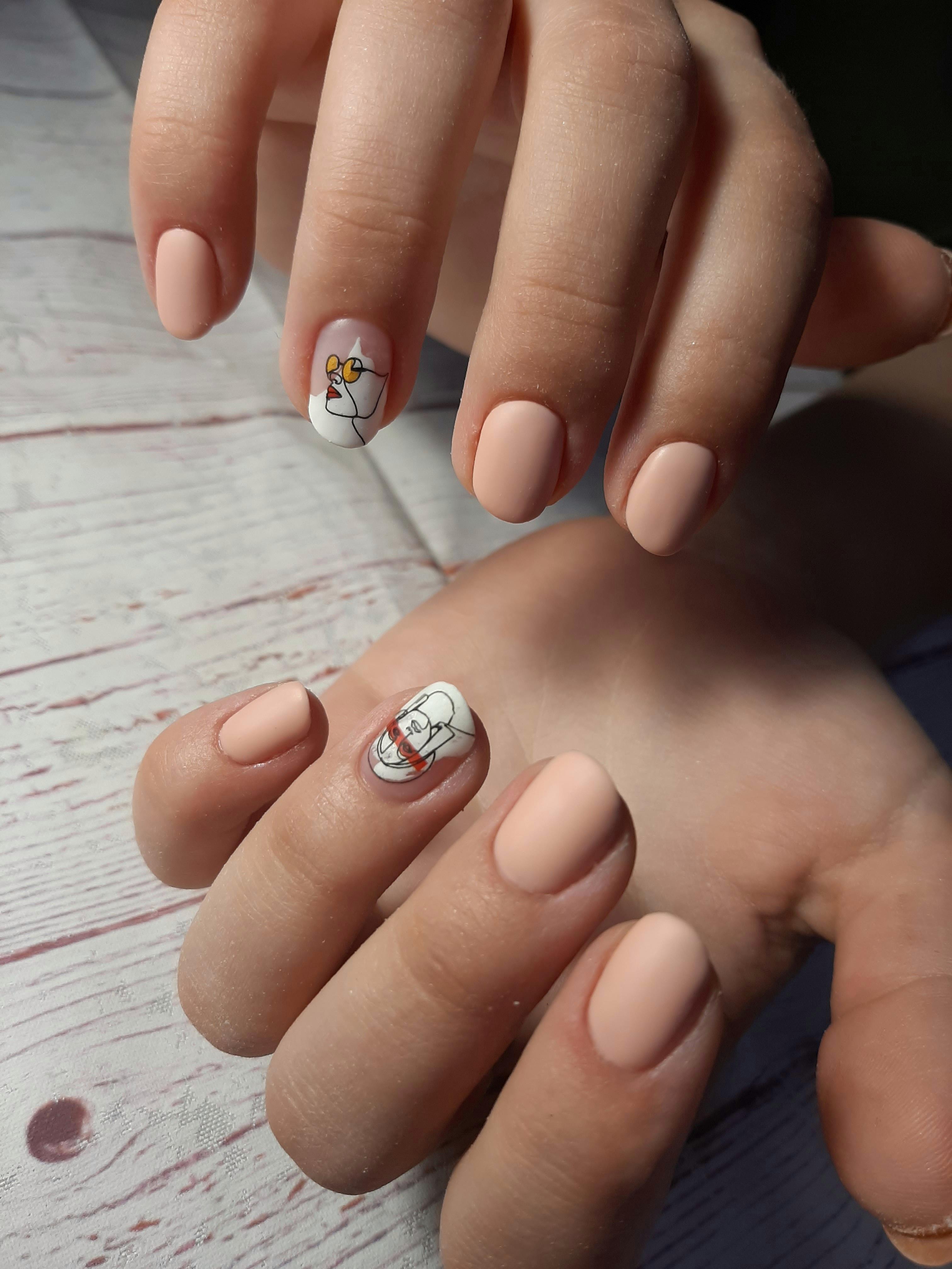 Матовый маникюр со слайдерами в бежевом цвете на короткие ногти.