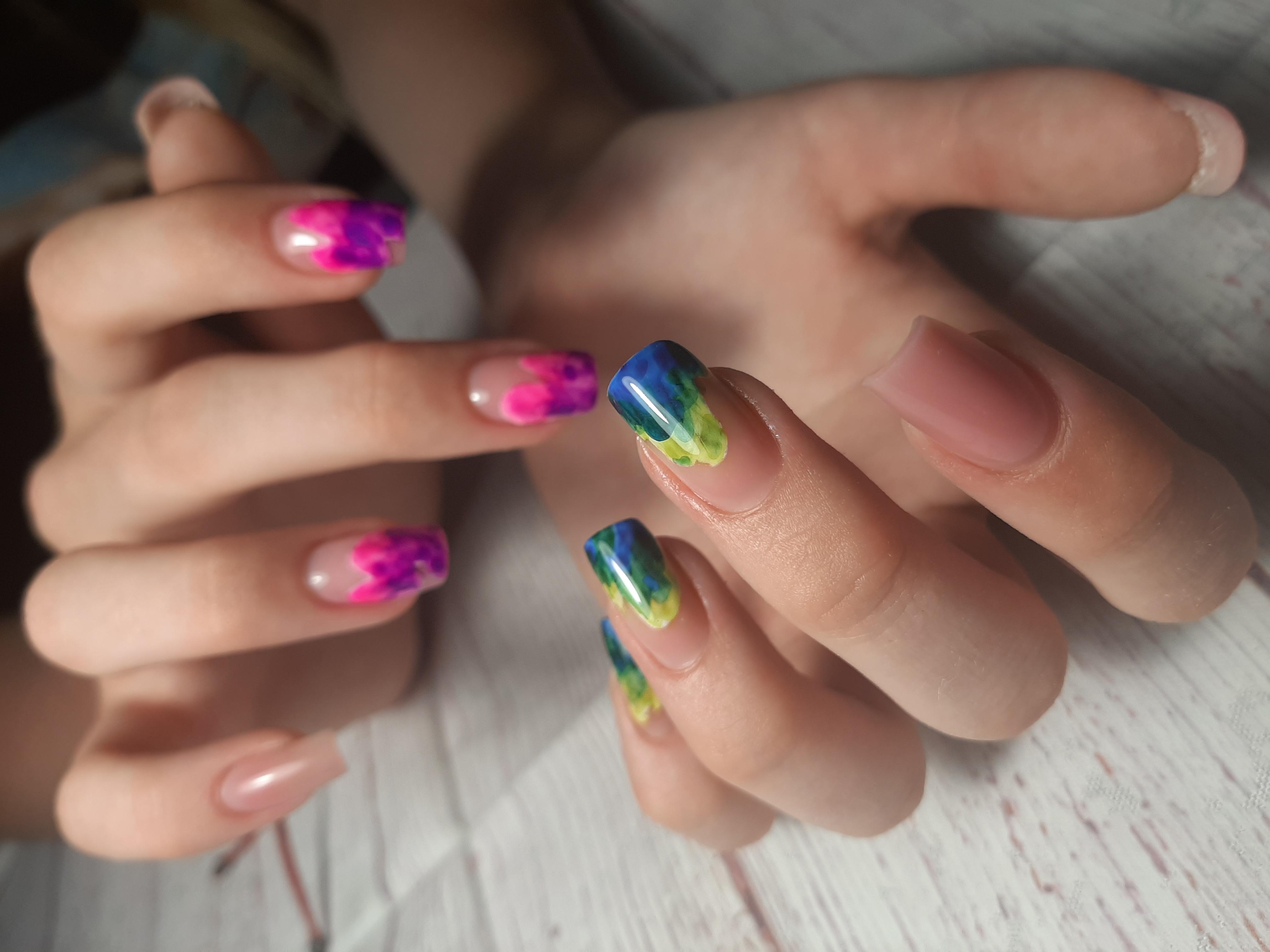 Контрастный маникюр с цветным рисунком на длинные ногти.