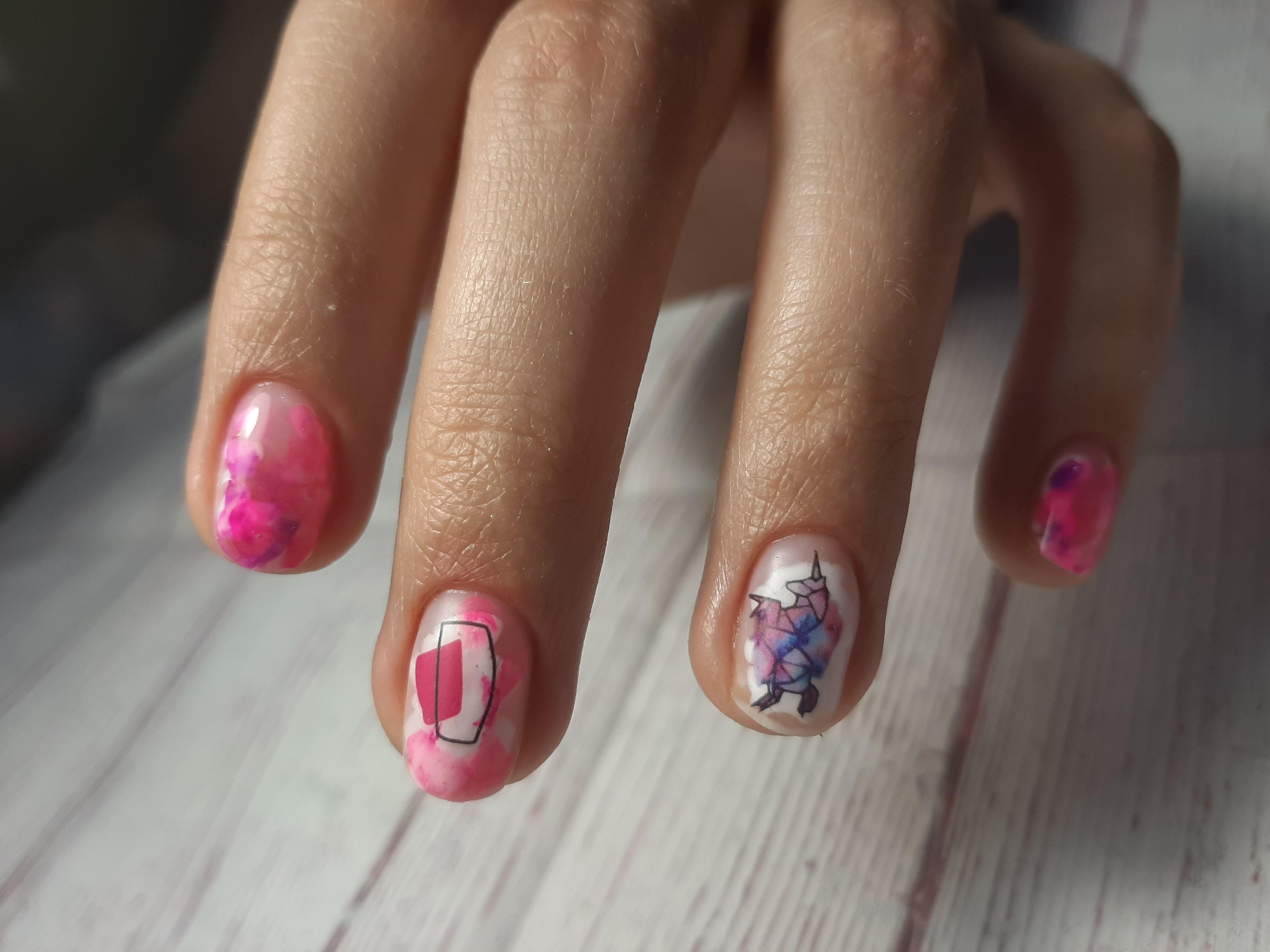 Маникюр с абстрактным рисунком и слайдерами на короткие ногти.