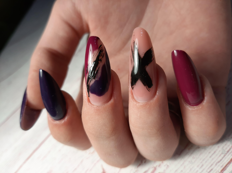 Разноцветный маникюр с рисунком на длинные ногти.