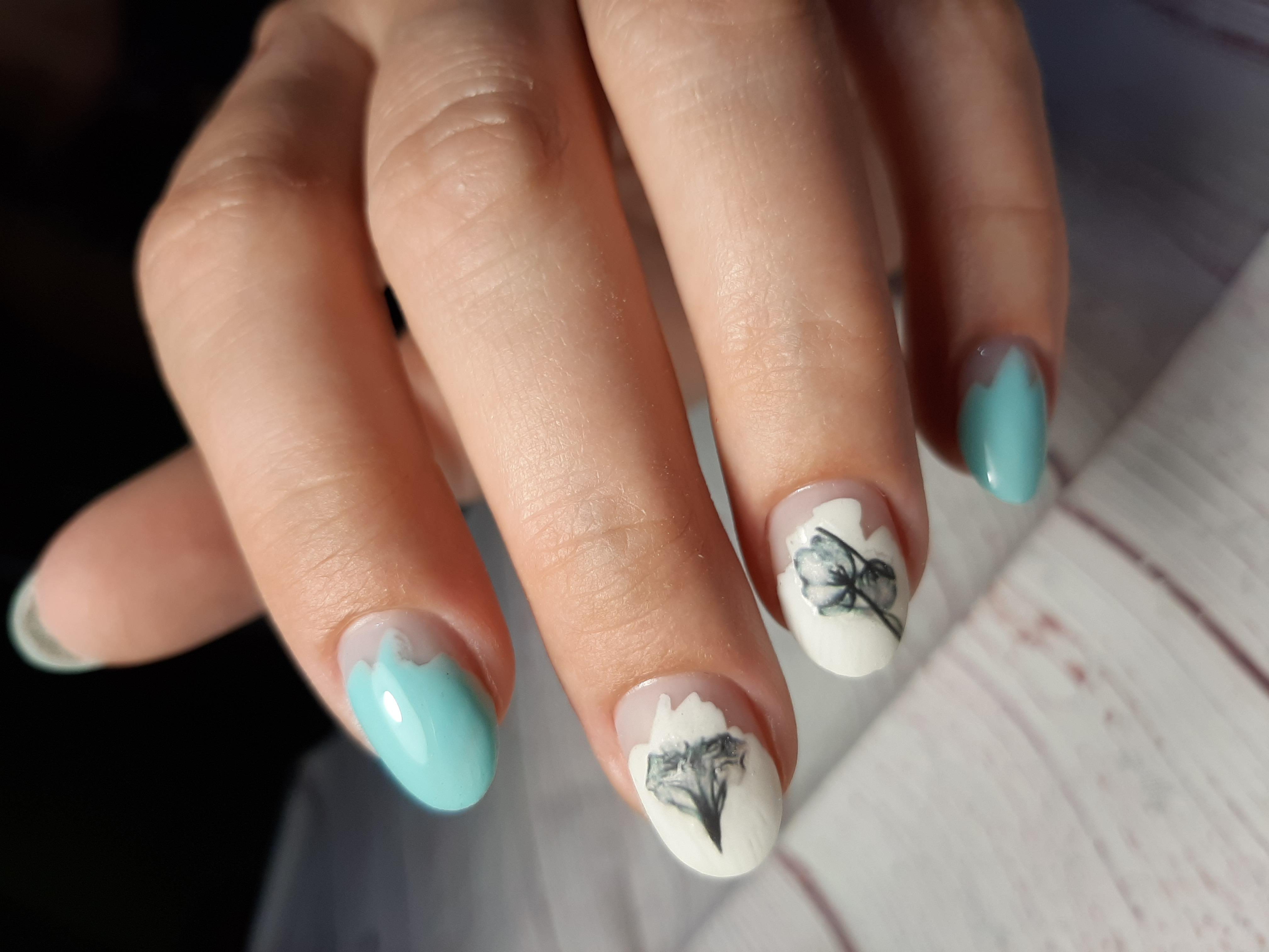 Маникюр с цветочными слайдерами в голубом цвете на короткие ногти.