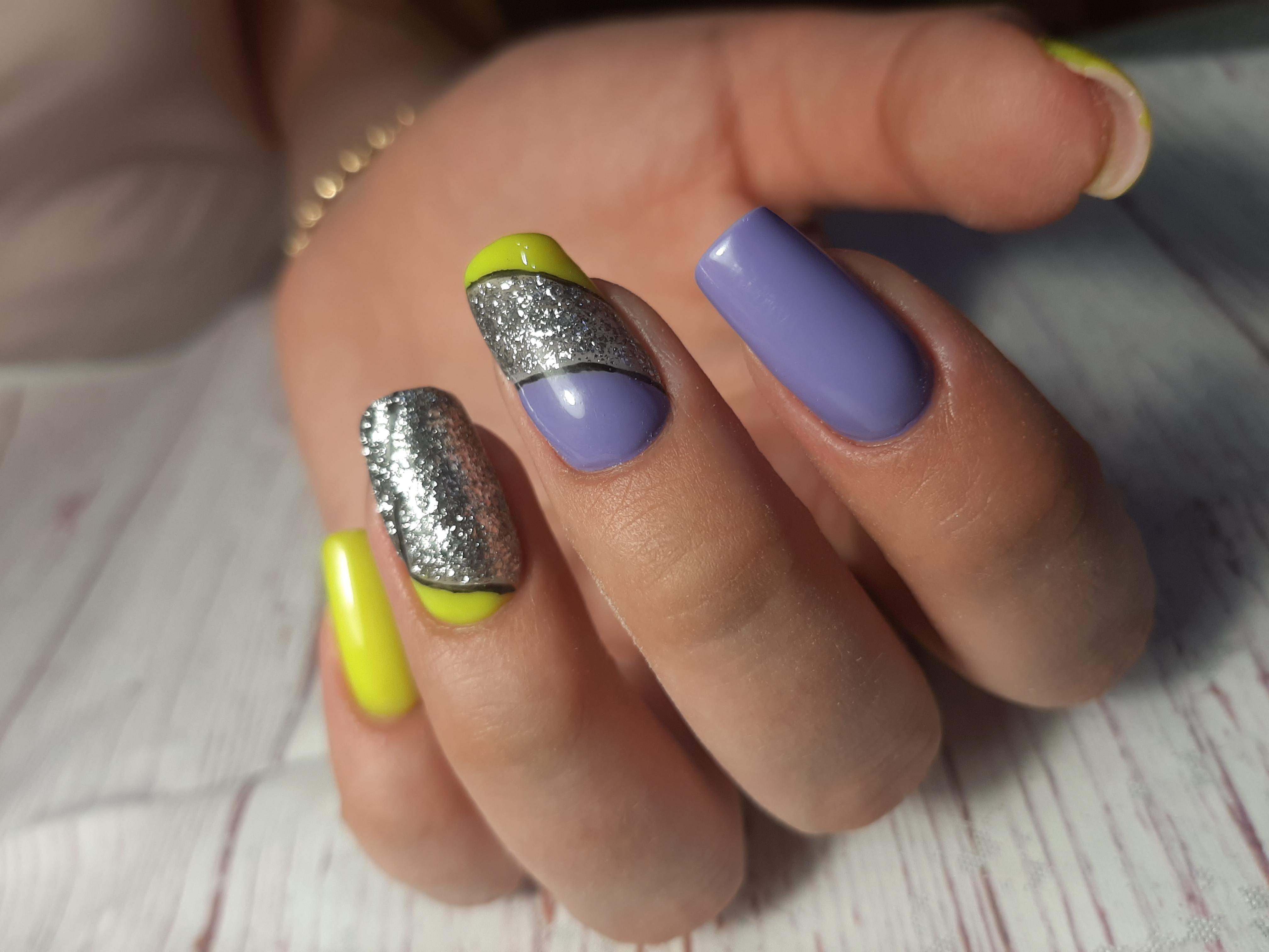 Геометрический маникюр с серебряными блестками на длинные ногти.