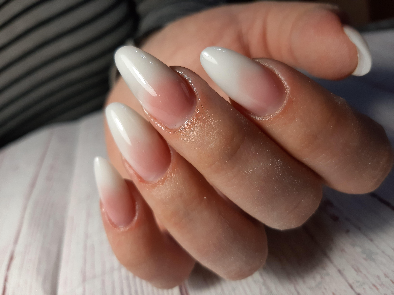 Нюдовый маникюр с градиентом на длинные ногти.