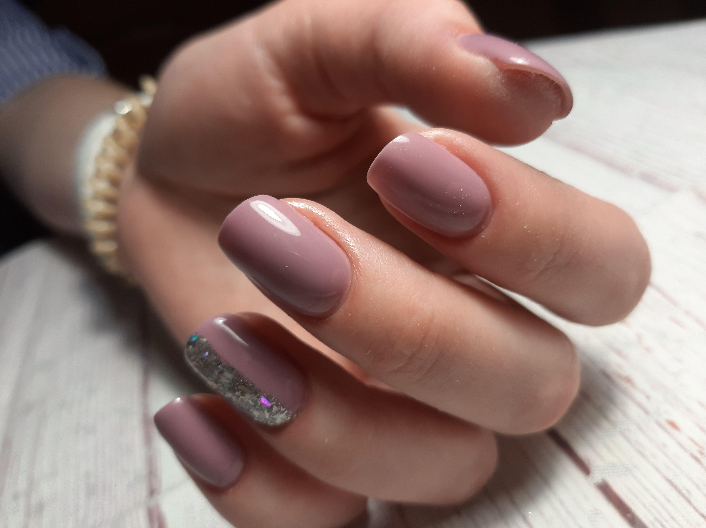 Маникюр с серебряными блестками в лиловом цвете на короткие ногти.