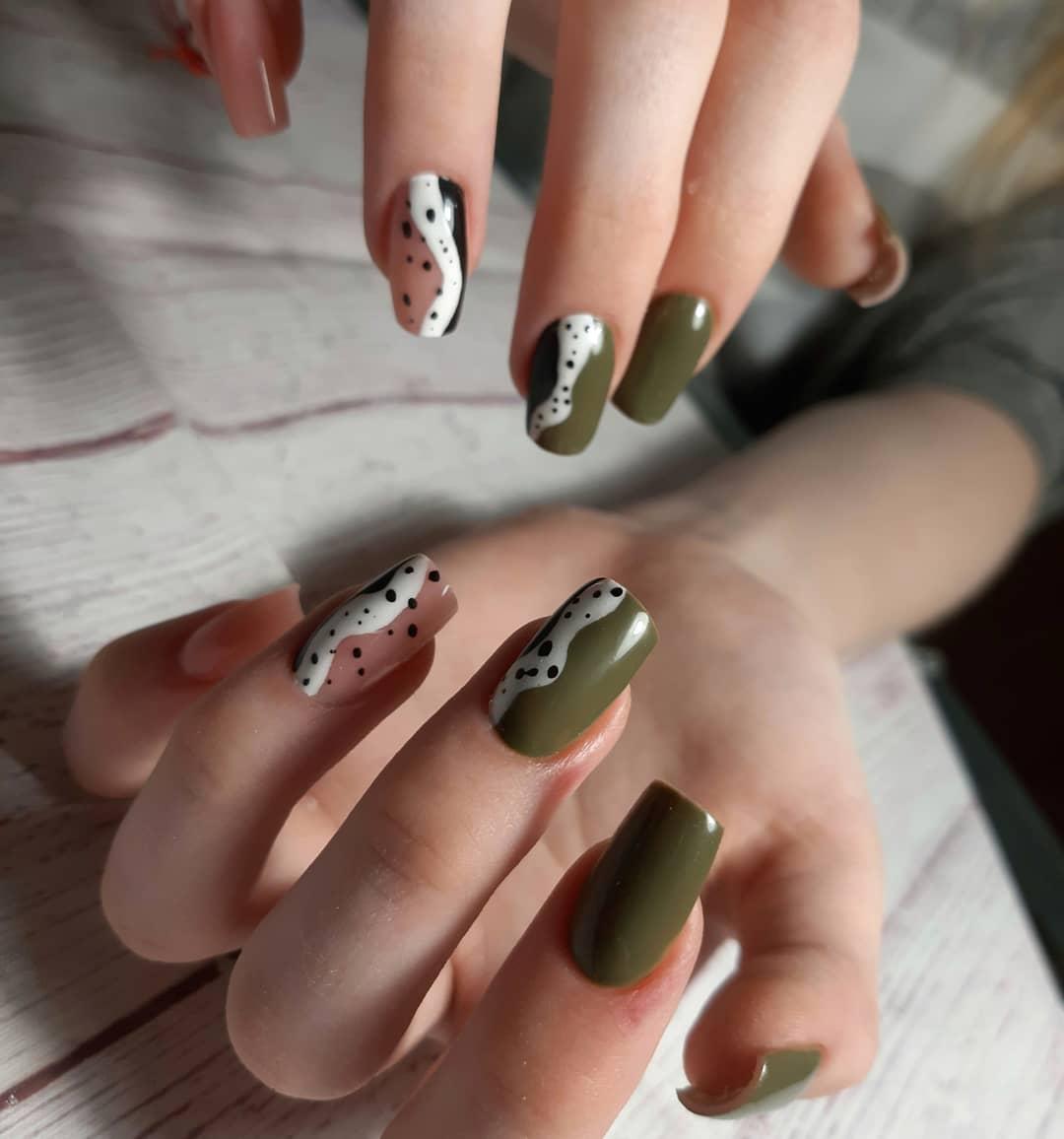 Маникюр с абстрактным рисунком в оливковом цвете на длинные ногти.