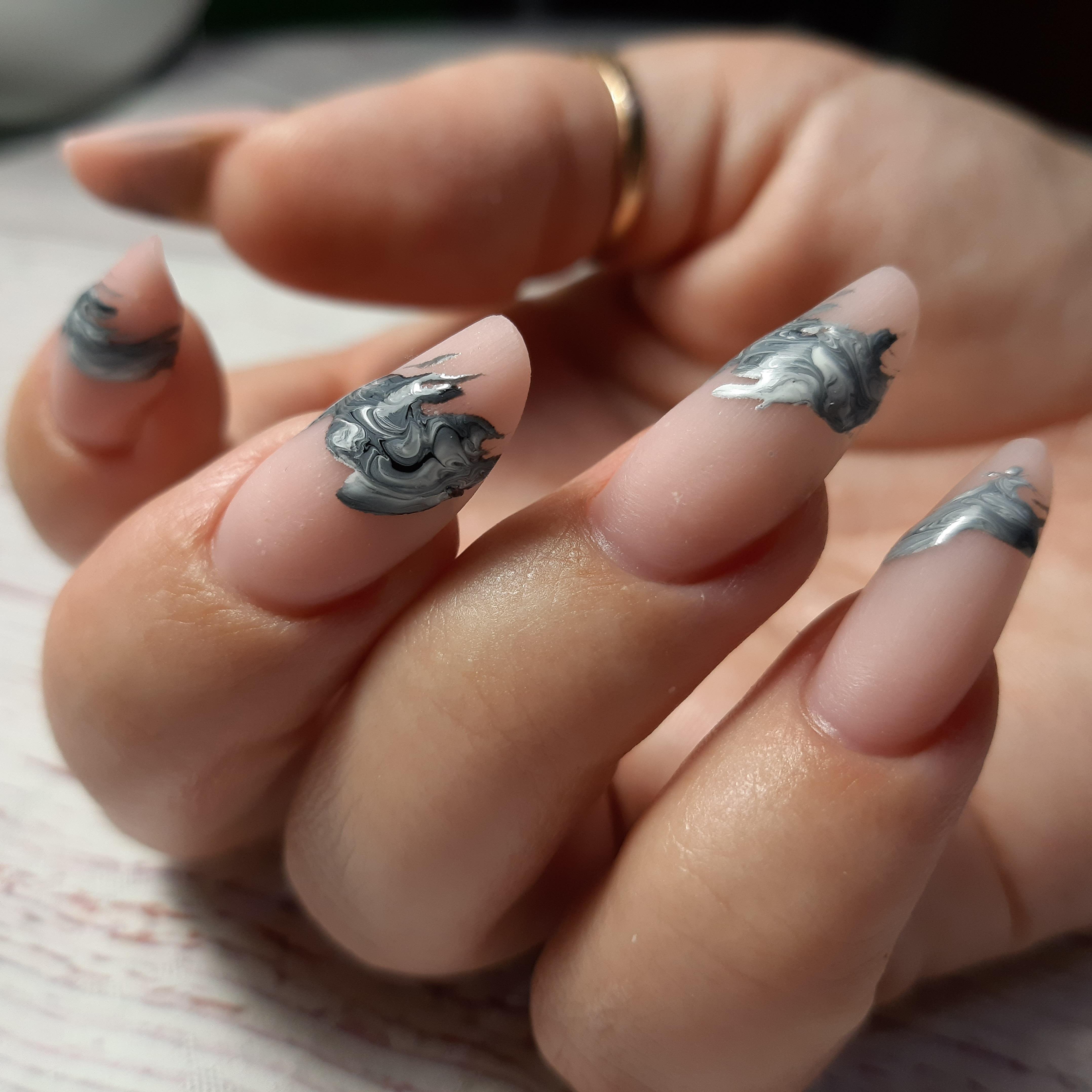 Матовый нюдовый маникюр с абстрактным рисунком на длинные ногти.