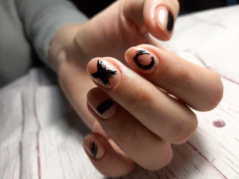 Нюдовый маникюр с рисунками на короткие ногти.