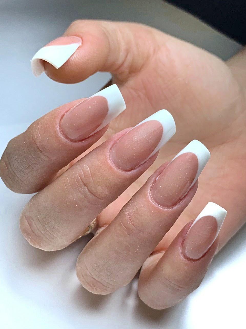 Французский маникюр классический на длинные ногти.