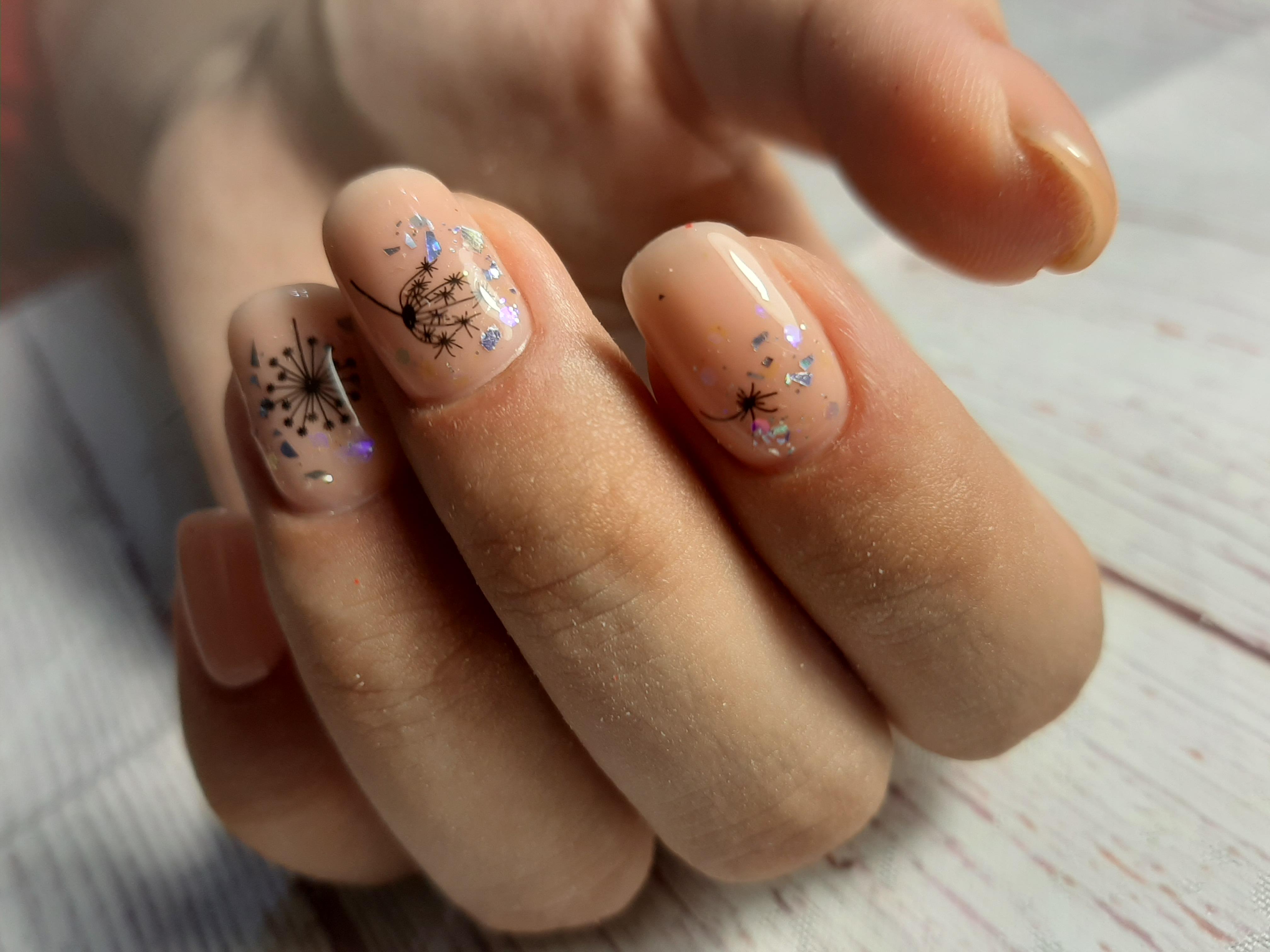Нюдовый маникюр с одуванчиком и серебряной фольгой на короткие ногти.