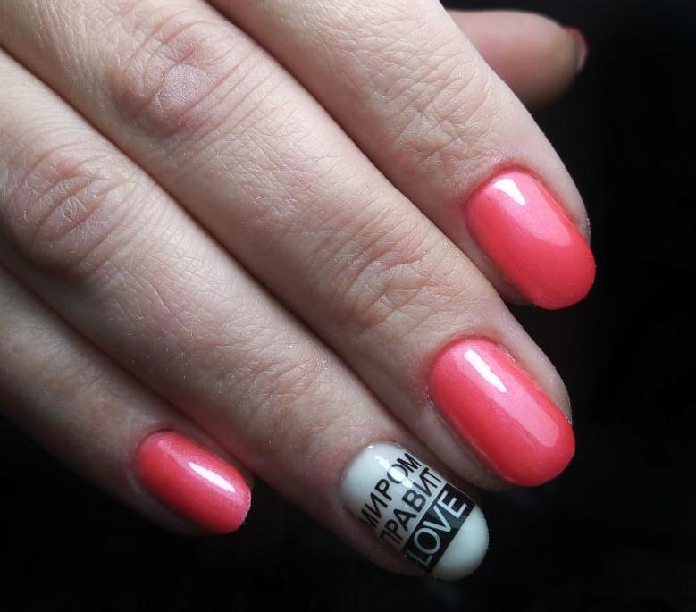 Маникюр в розовом цвете с надписями.