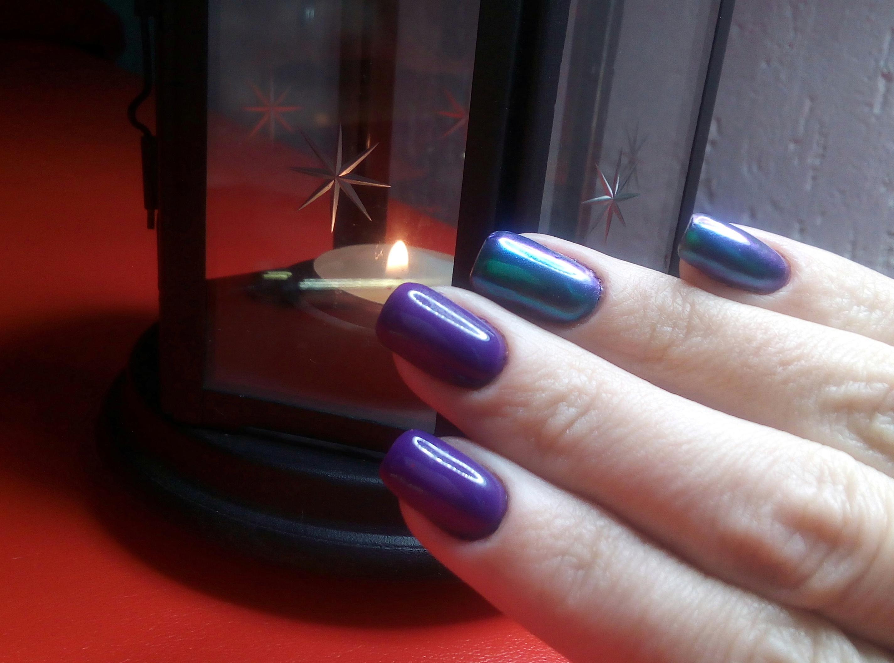 """Маникюр в фиолетовом цвете с """"бензиновой"""" втиркой."""