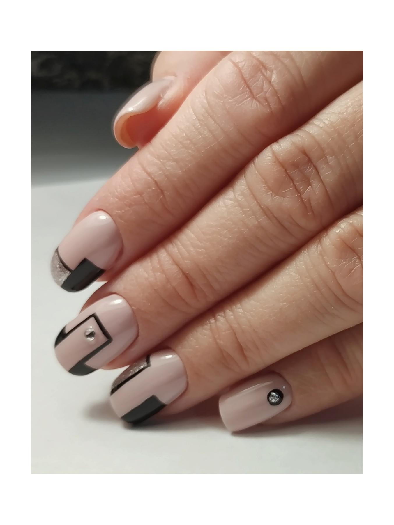 Геометрический маникюр с серебряными блестками.