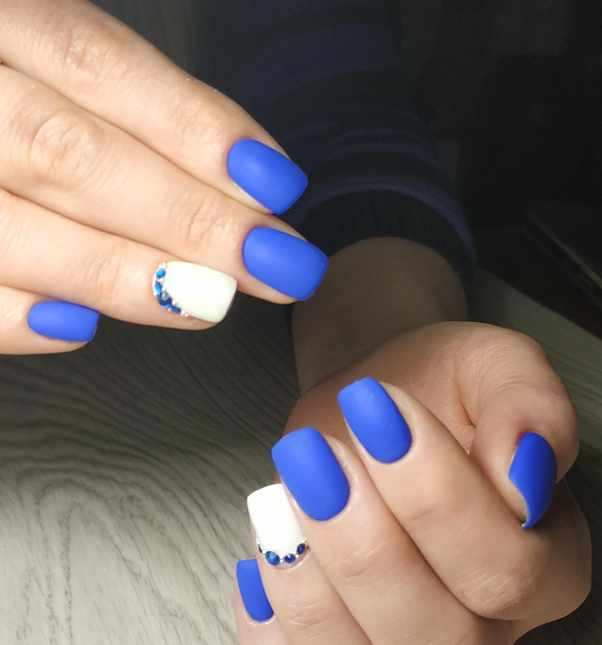 Матовый маникюр со стразами в синем цвете.
