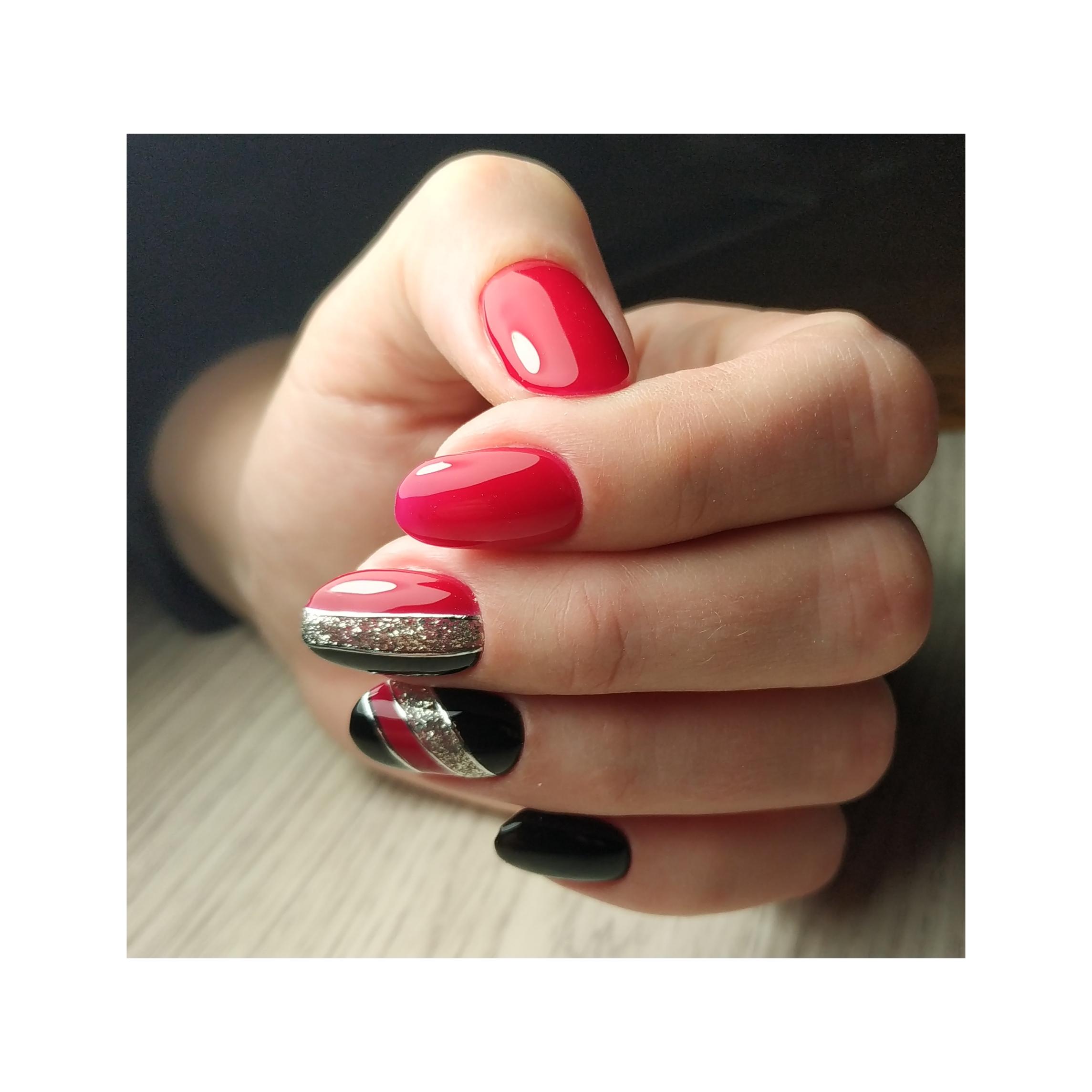 Геометрический маникюр с серебряными блестками в красном цвете.